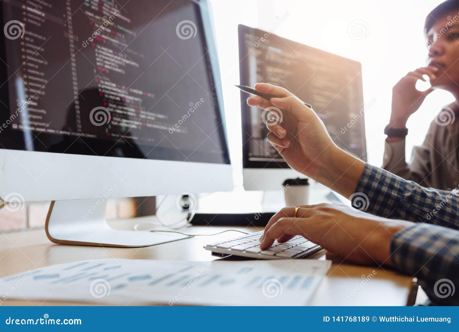 Ontwikkelt programmering en coderend technologieën die in een softwareingenieurs werken die toepassingen samen in bureau ontwikke