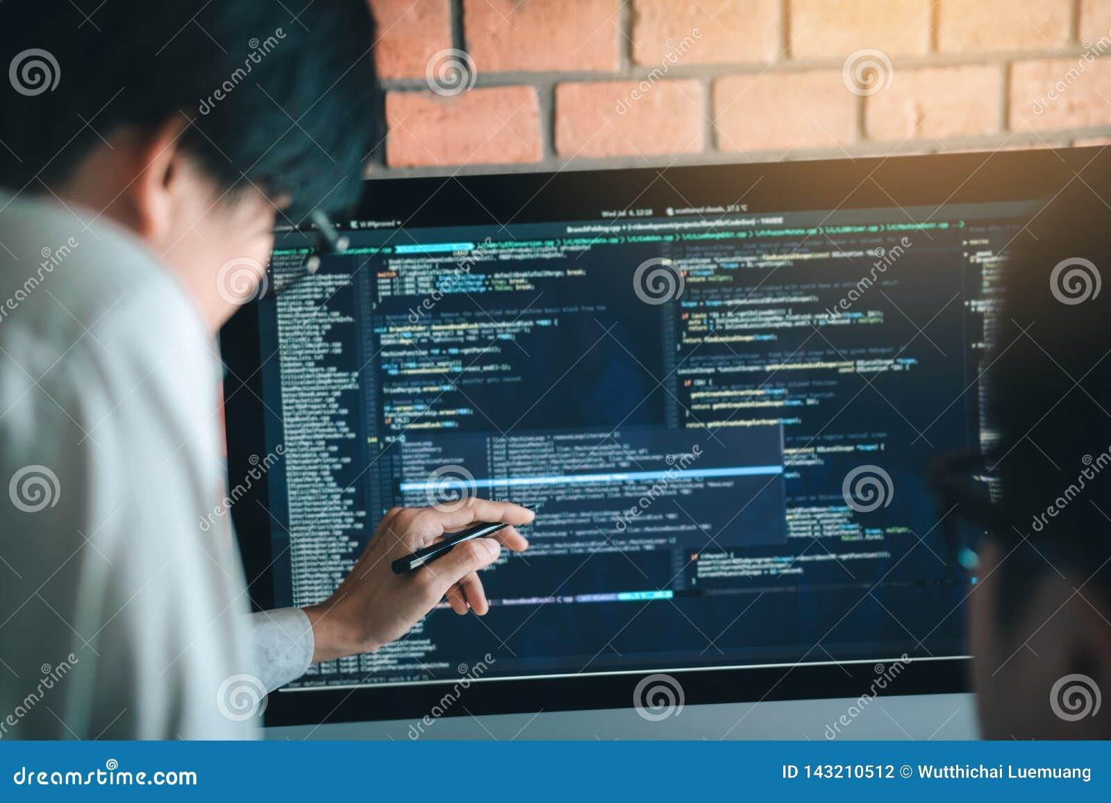 Ontwikkelt programmering en coderend technologie die in een softwareingenieurs werken die toepassingen samen in bureau ontwikkele