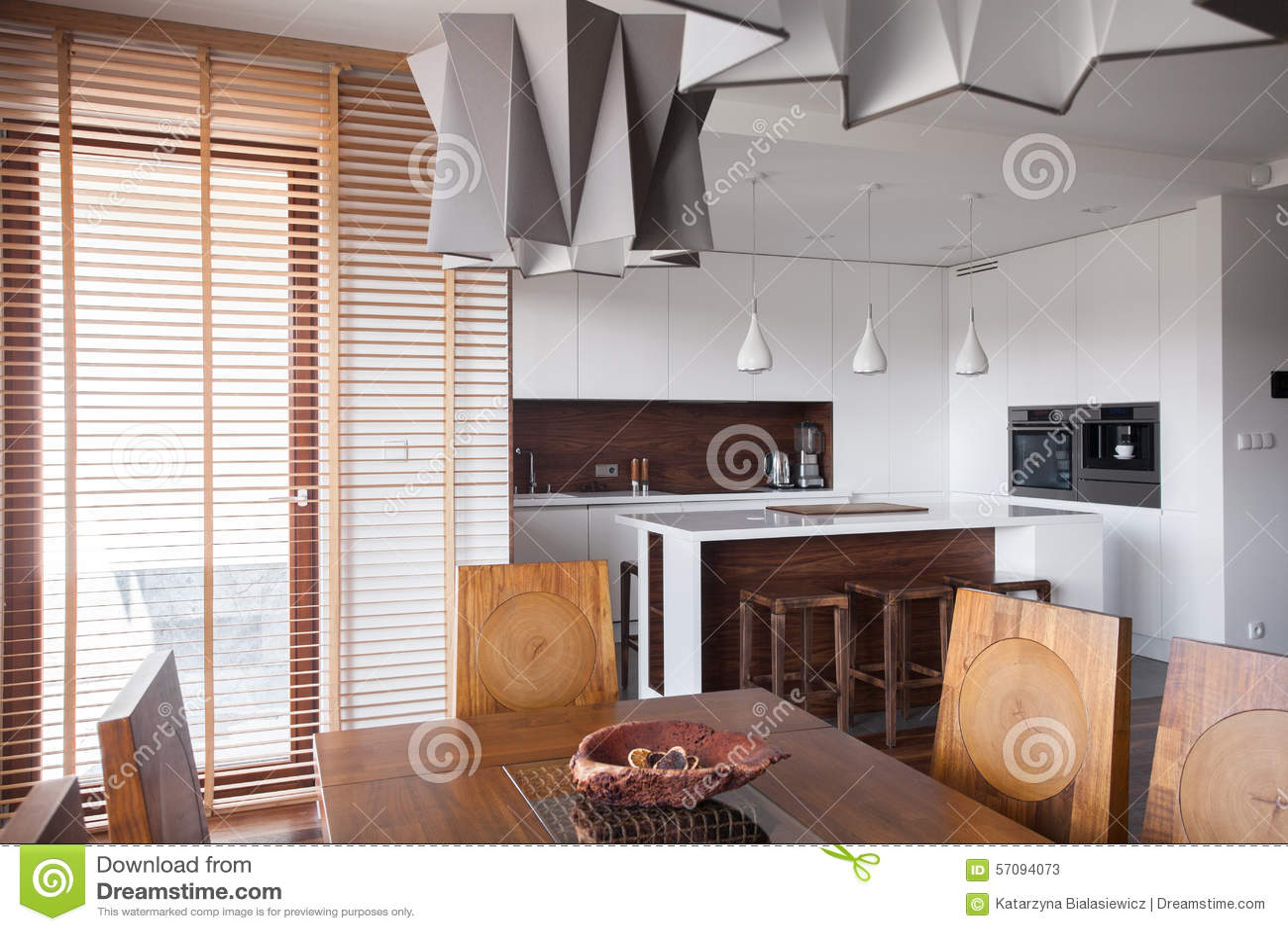 Moderne Keuken Lampen : Ontworpen lamp in moderne keuken stock afbeelding afbeelding