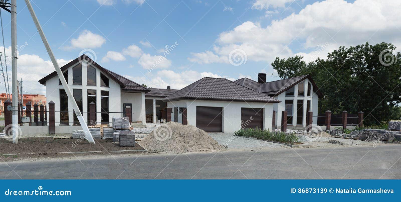 Onvolledig mooi plattelandshuisje voor twee families met garages voor auto
