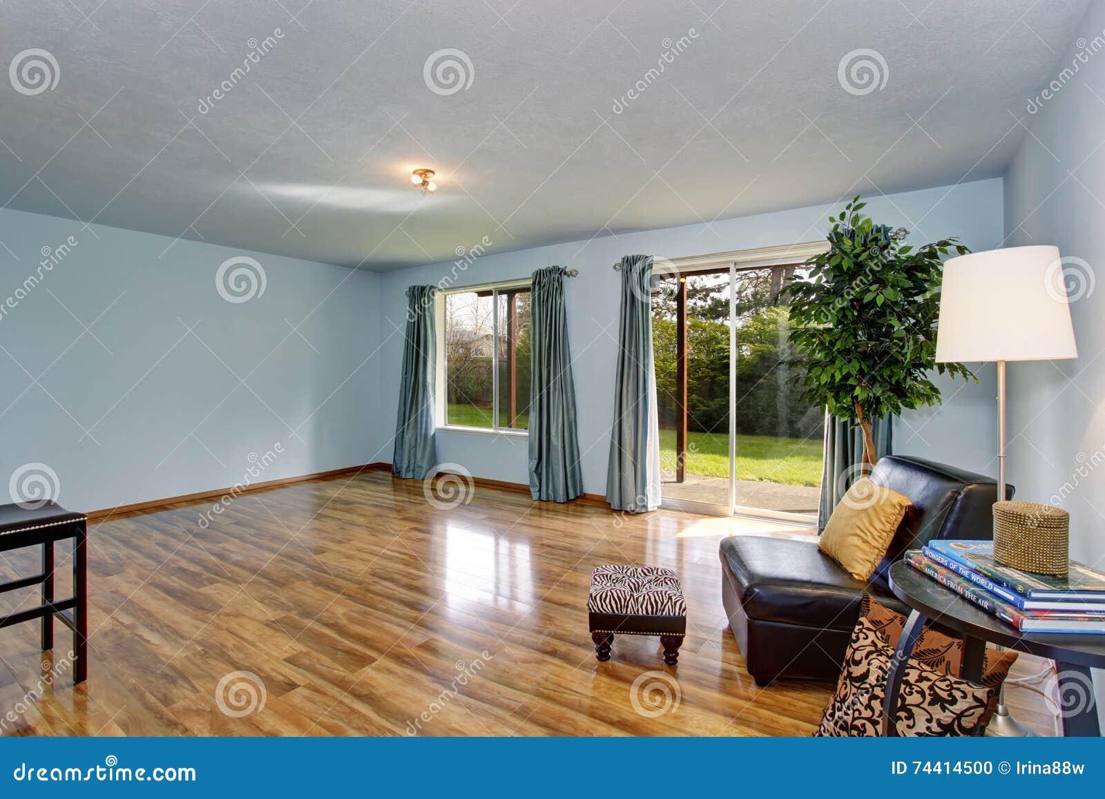 onvolledig woonkamerbinnenland met blauwe muren en blauwe gordijnen