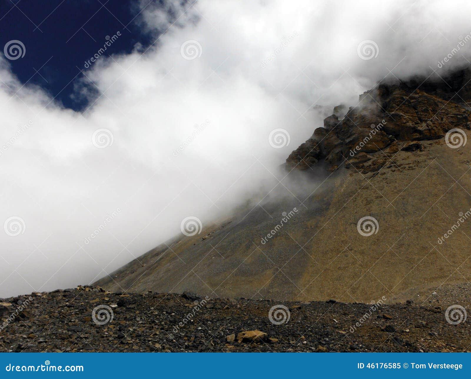 Onvruchtbaar Hoger Himalayagebergte tijdens Moesson