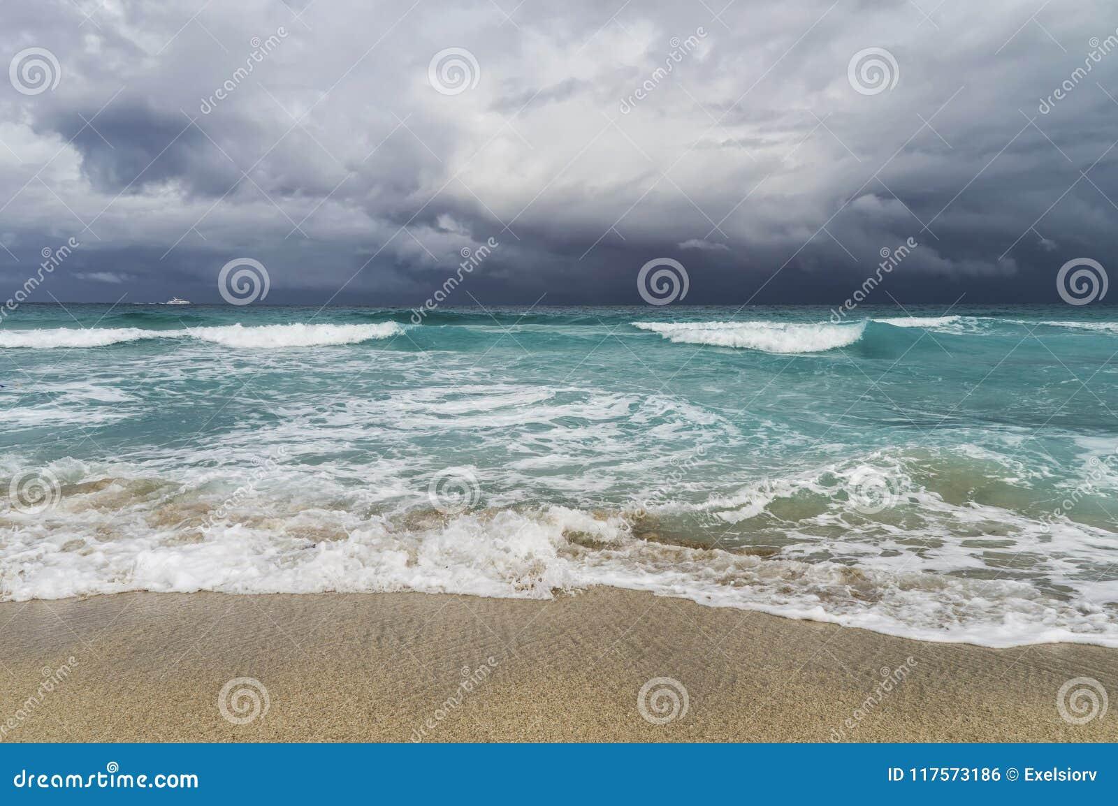 Onweer in de Atlantische Oceaan, golven, strand, kustlijn, wit jacht op de horizon, lage troebelheid