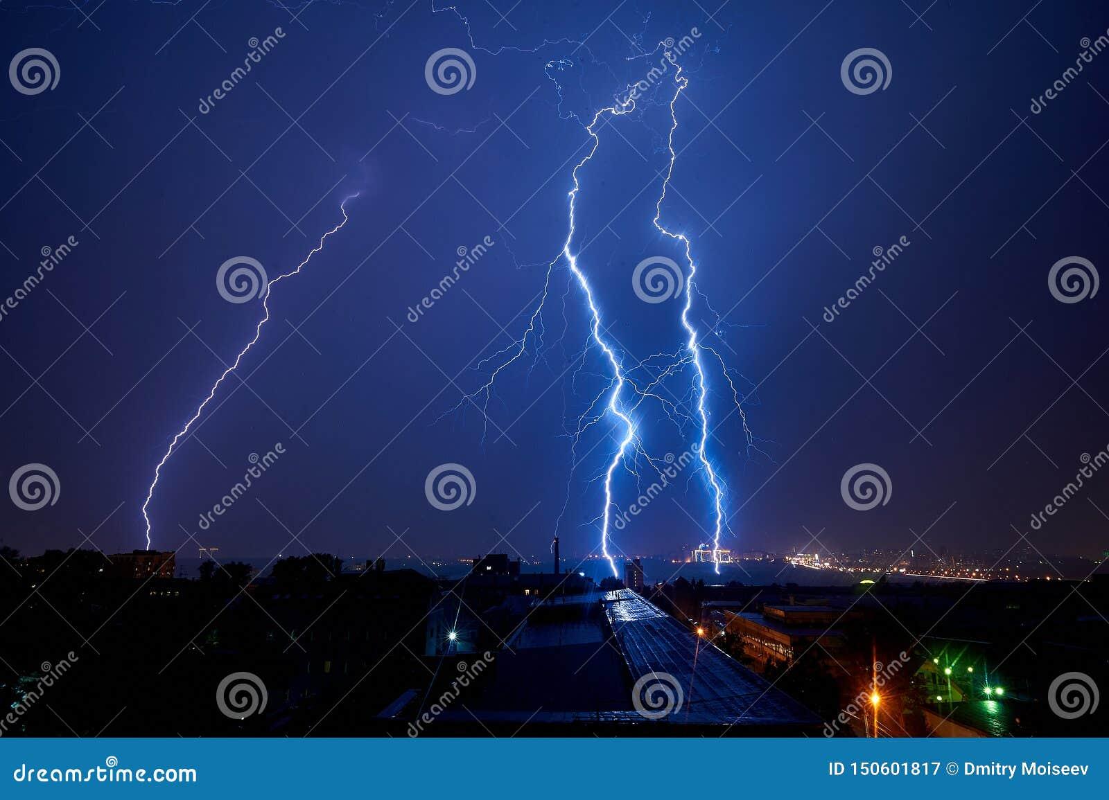 Onweersbui in de stad bij donkere de zomerschoonheid van de nachtbliksem