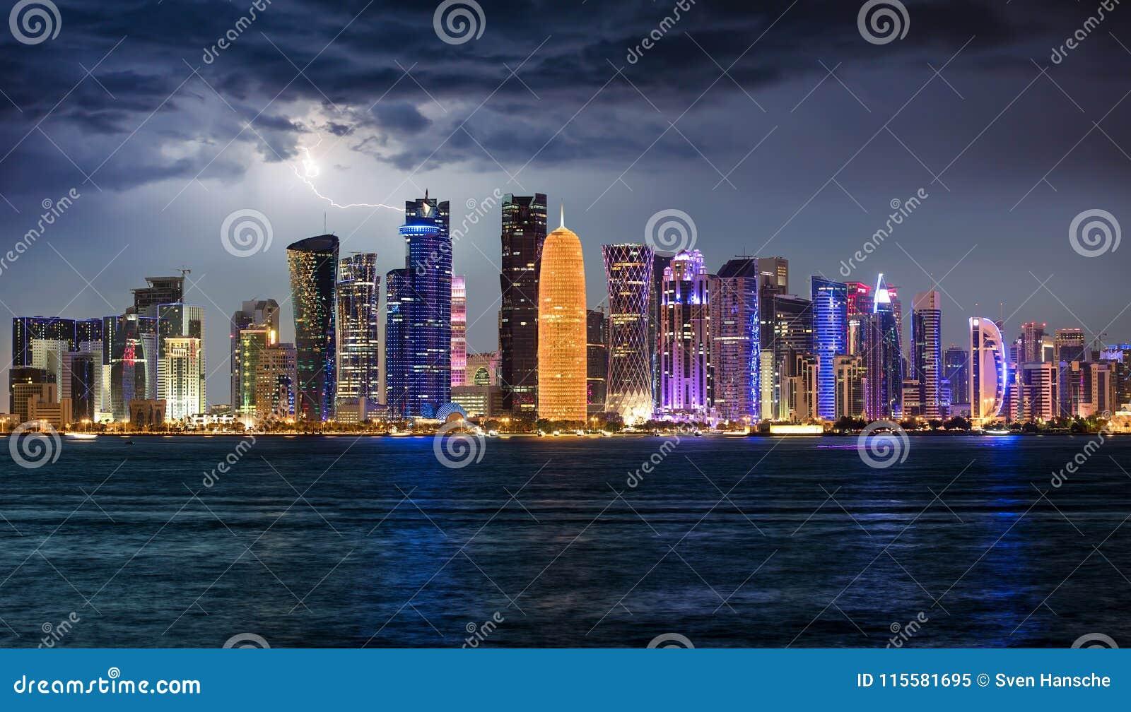 Onweersbui Over De Verlichte Horizon Van Doha, Qatar Stock ...