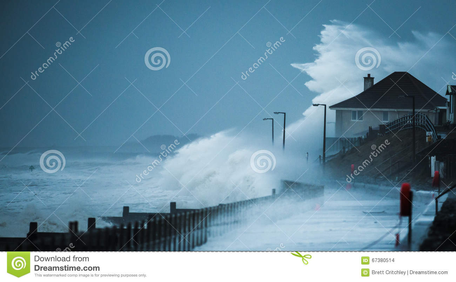 Onweersgolven die kustlijn raken