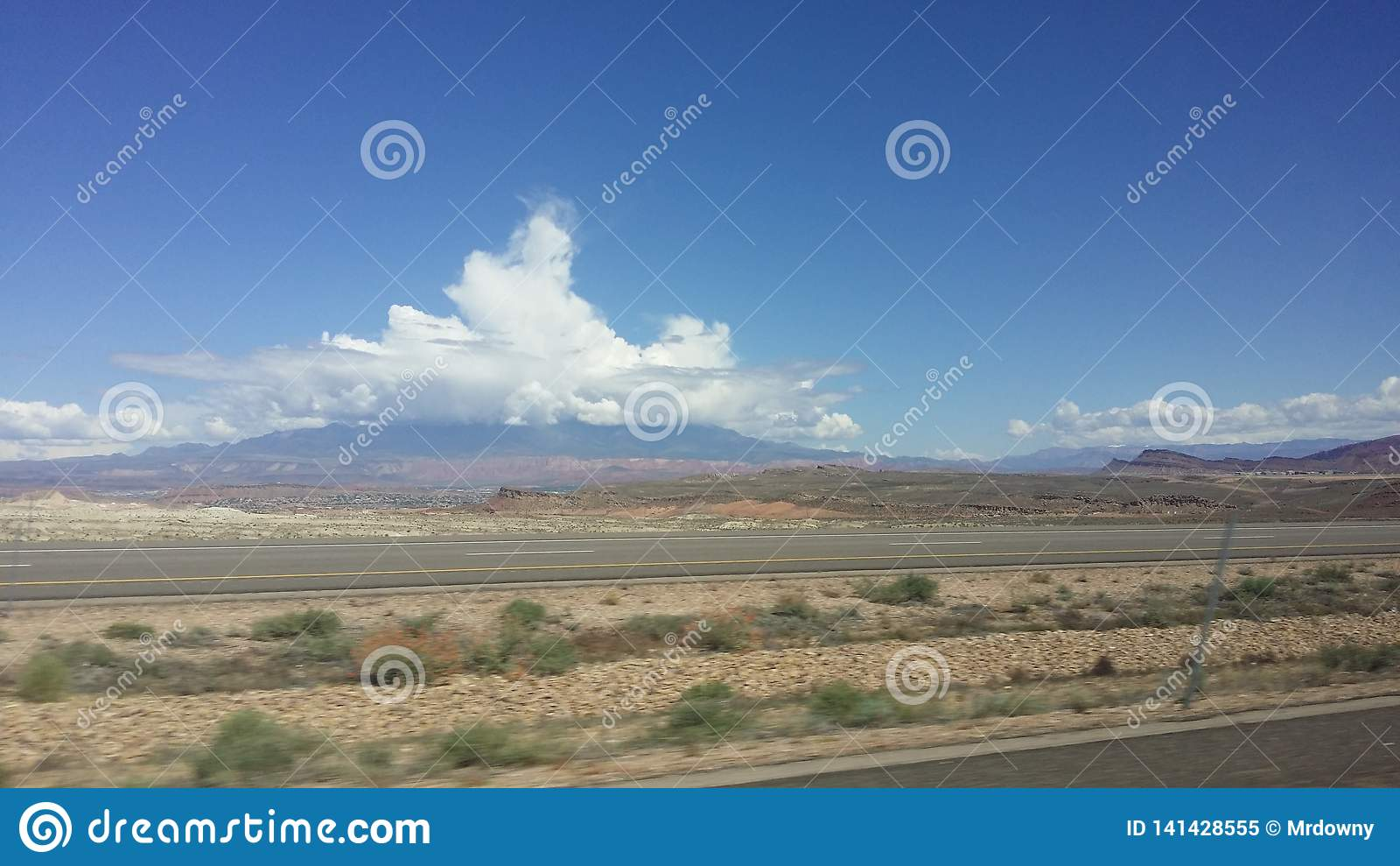 Onweerswolken boven Berg in Woestijn St George Utah