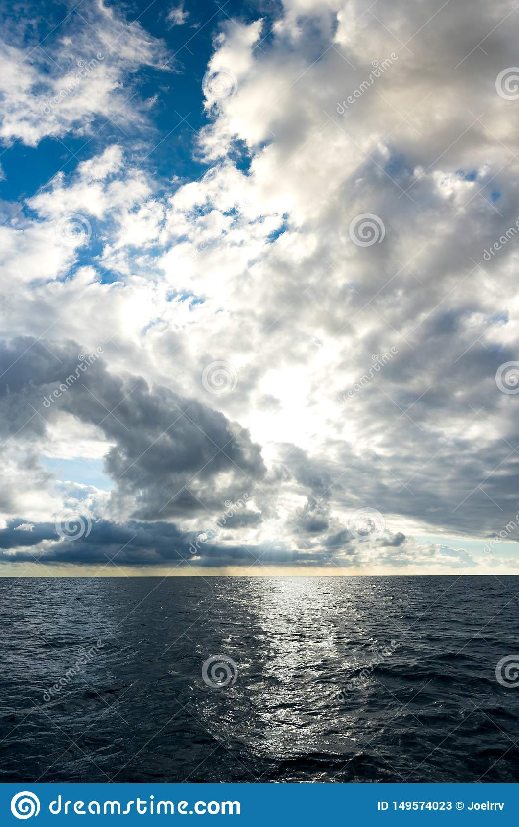 Onweerswolken die over donkerblauwe oceaan opbouwen