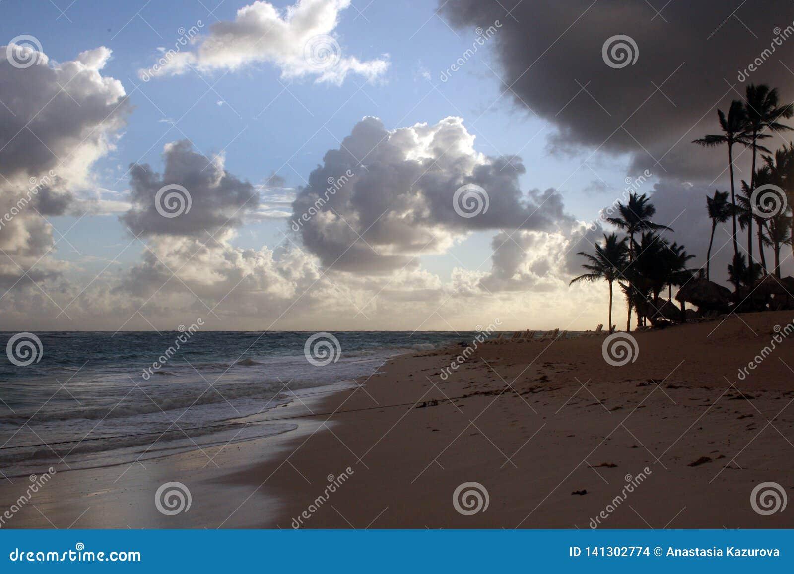 Onweerswolken, onweer die over de oceaan, dramatische wolken na de lijn van de onweerskust overgaan