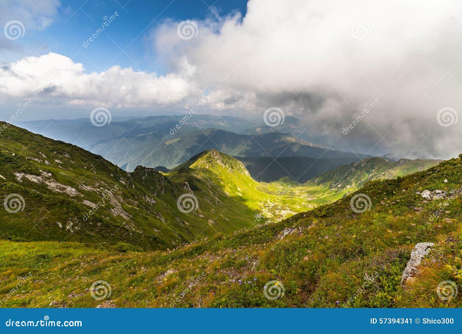 Onweerswolken over de bergen