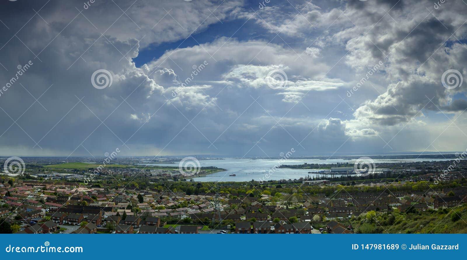 Onweerswolken over Portsmouth, Hampshire, het UK