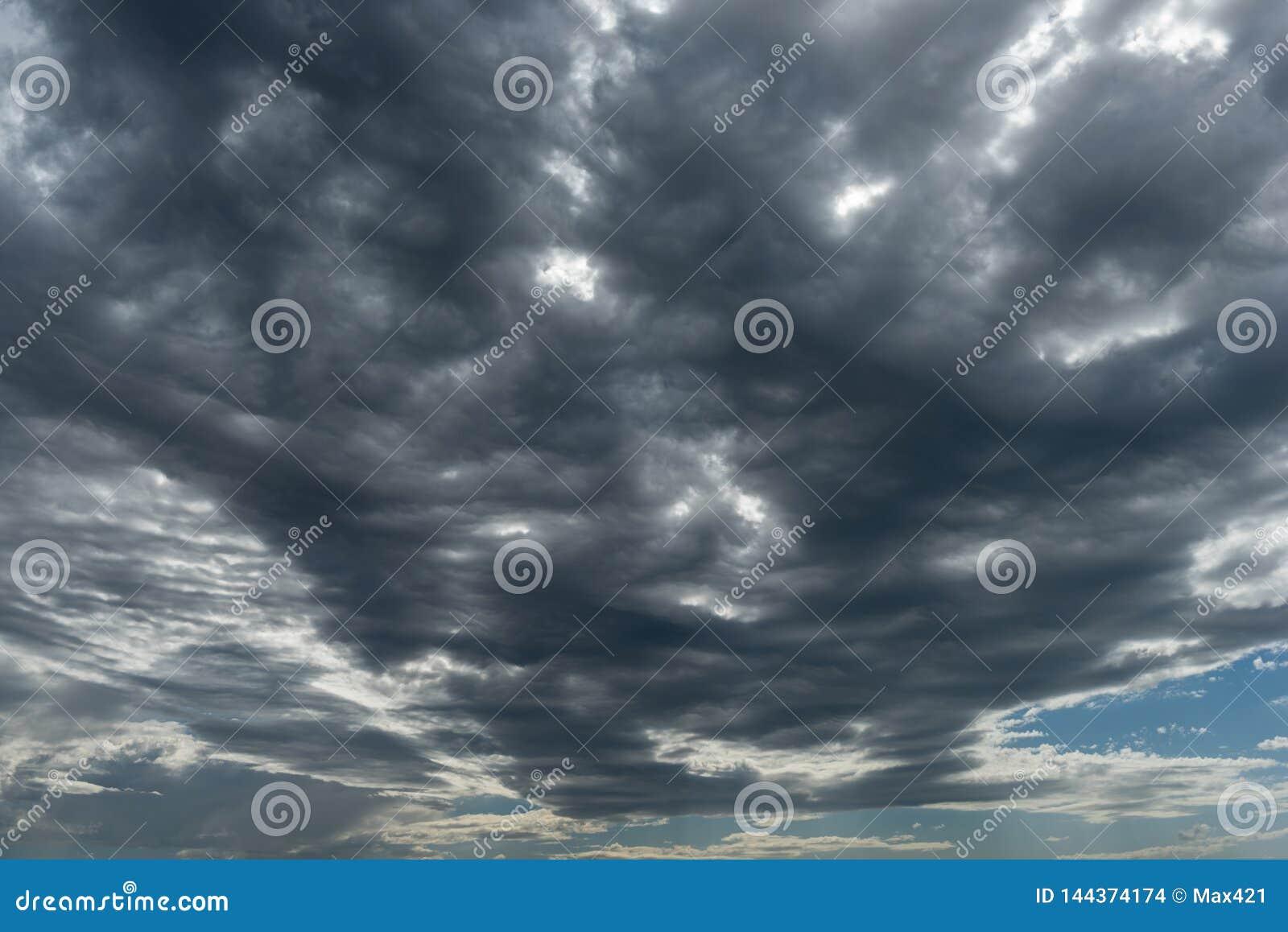 Onweerswolken in perspectiefmening met horizon