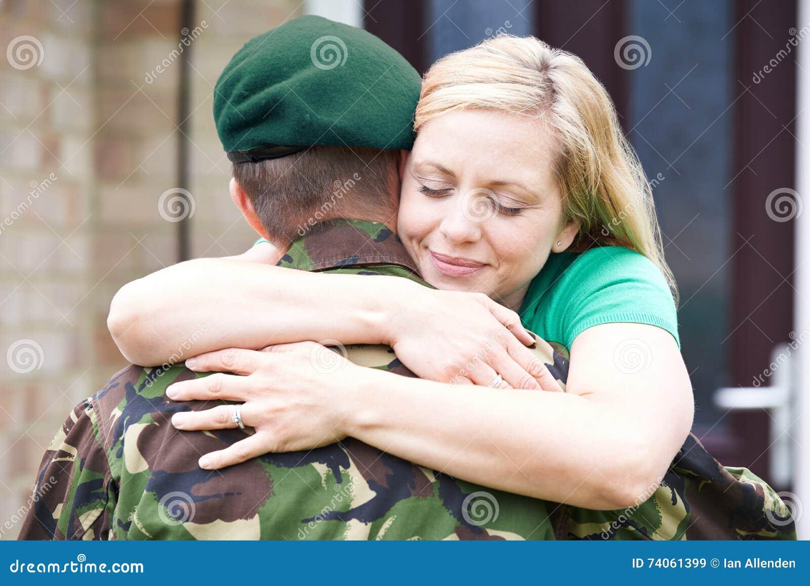 Żony przytulenia wojska męża dom Na urlopie