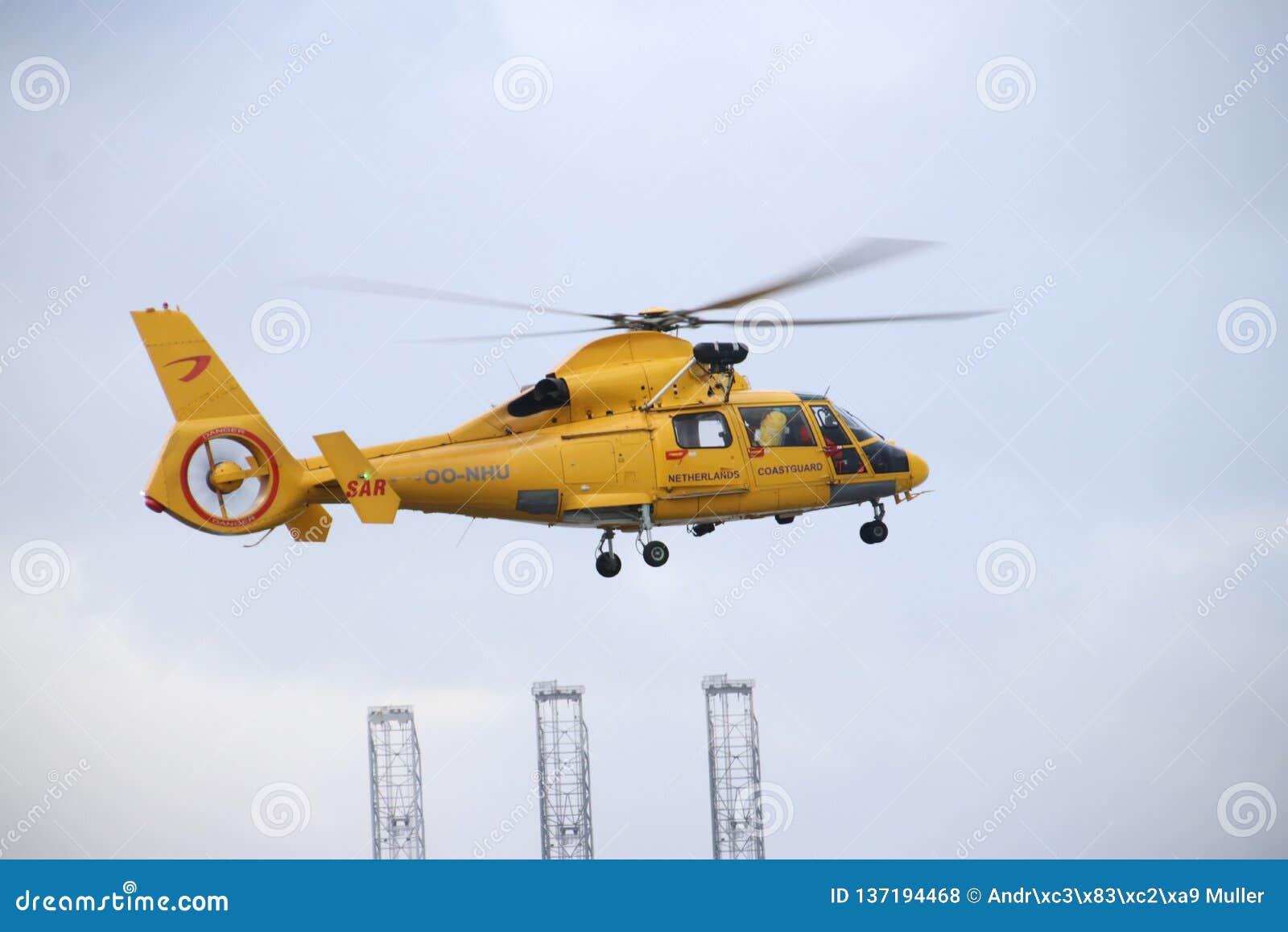 OO-NHU helikopter od straży wybrzeżej w holandiach opuszcza platformę dla akcji w Europoort schronieniu w porcie spróchniałość