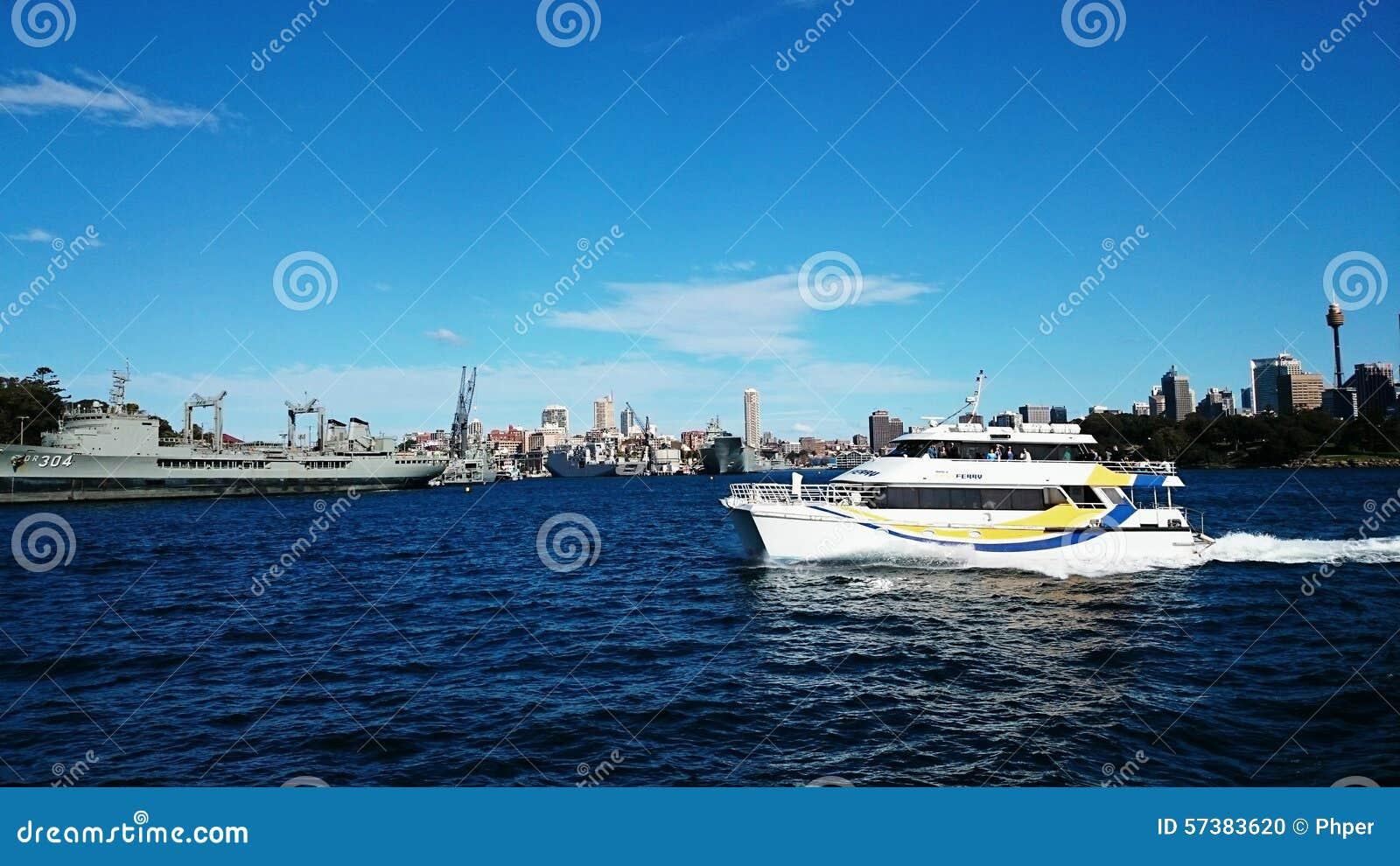 Oorlogsschip en cruise in Sydney Harbour