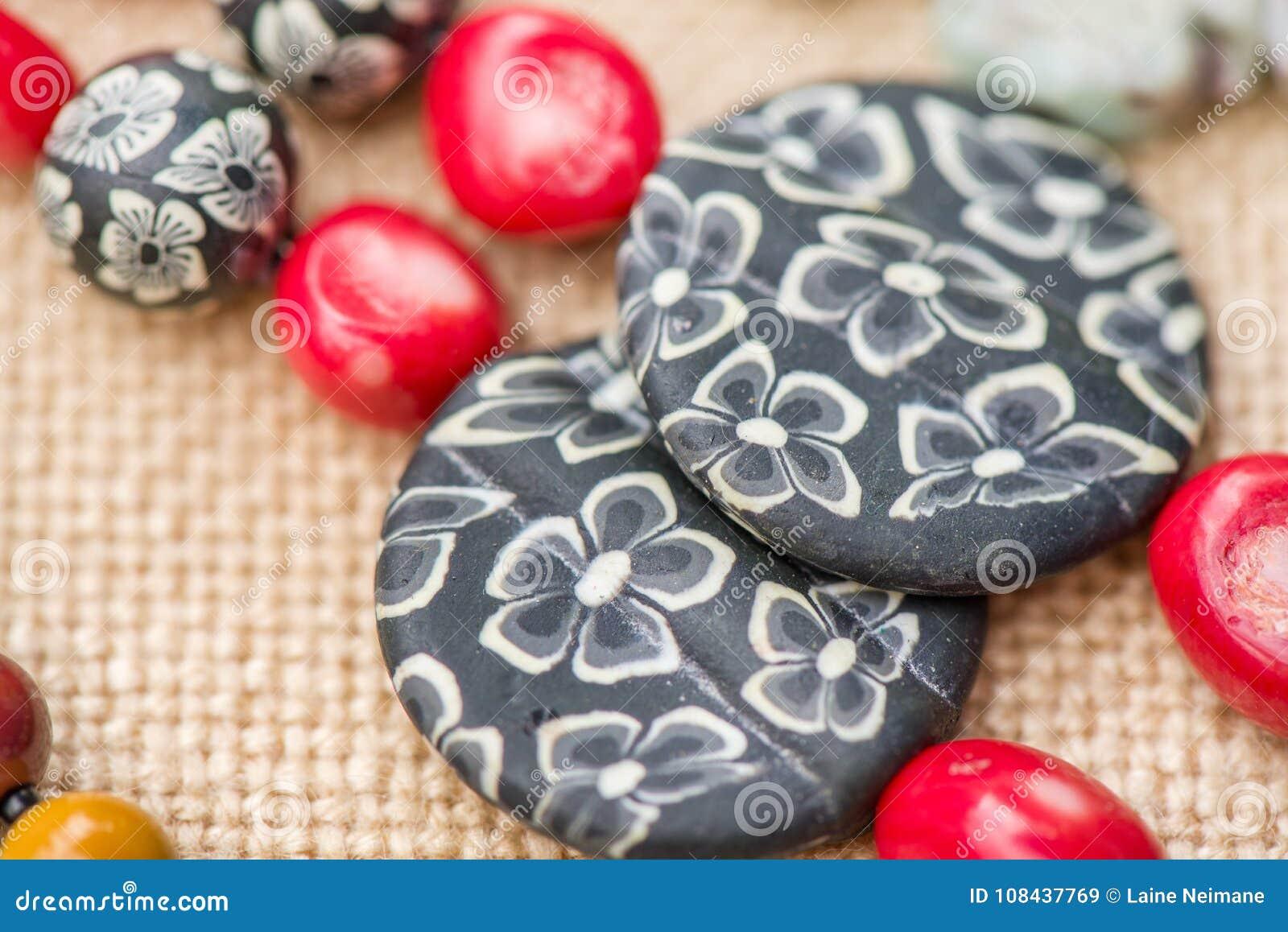 Oorringen van koraal en acrylsteen worden gemaakt die