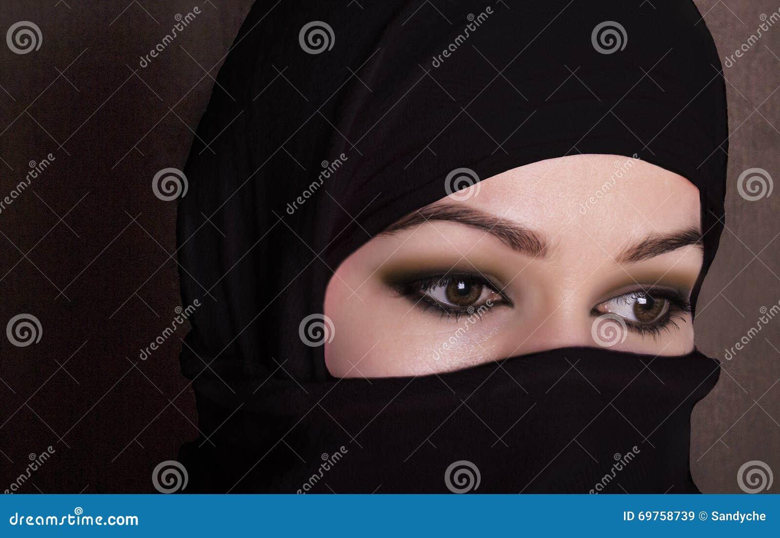 Oostelijke vrouw die van close-up de mooie geheimzinnige ogen een hijab dragen