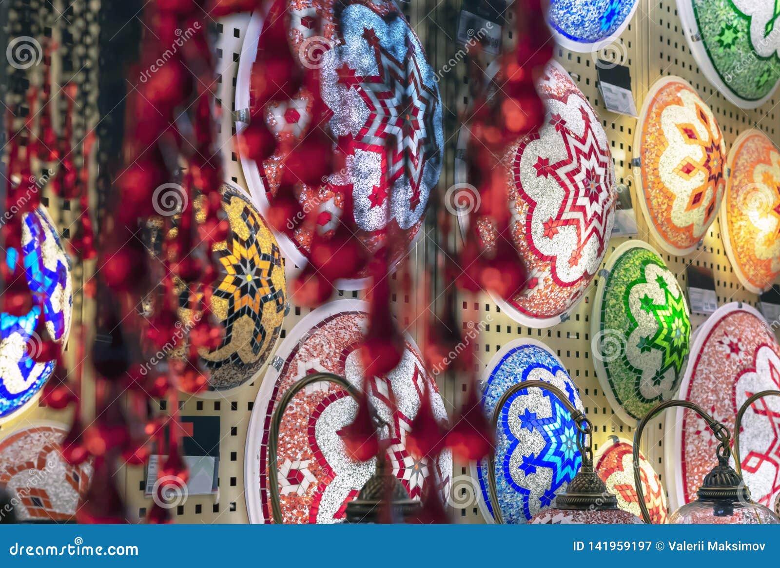 Oosterse lampen van een multi-colored mozaïek in het winkelvenster