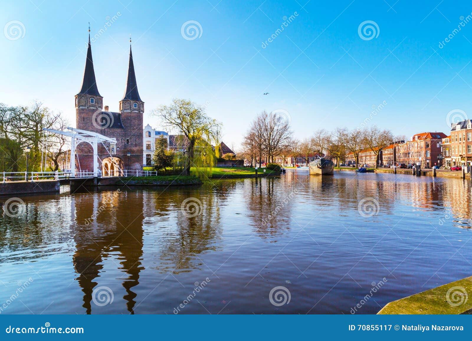 Oostpoort ou dôme oriental de porte avec la réflexion de canal et ...