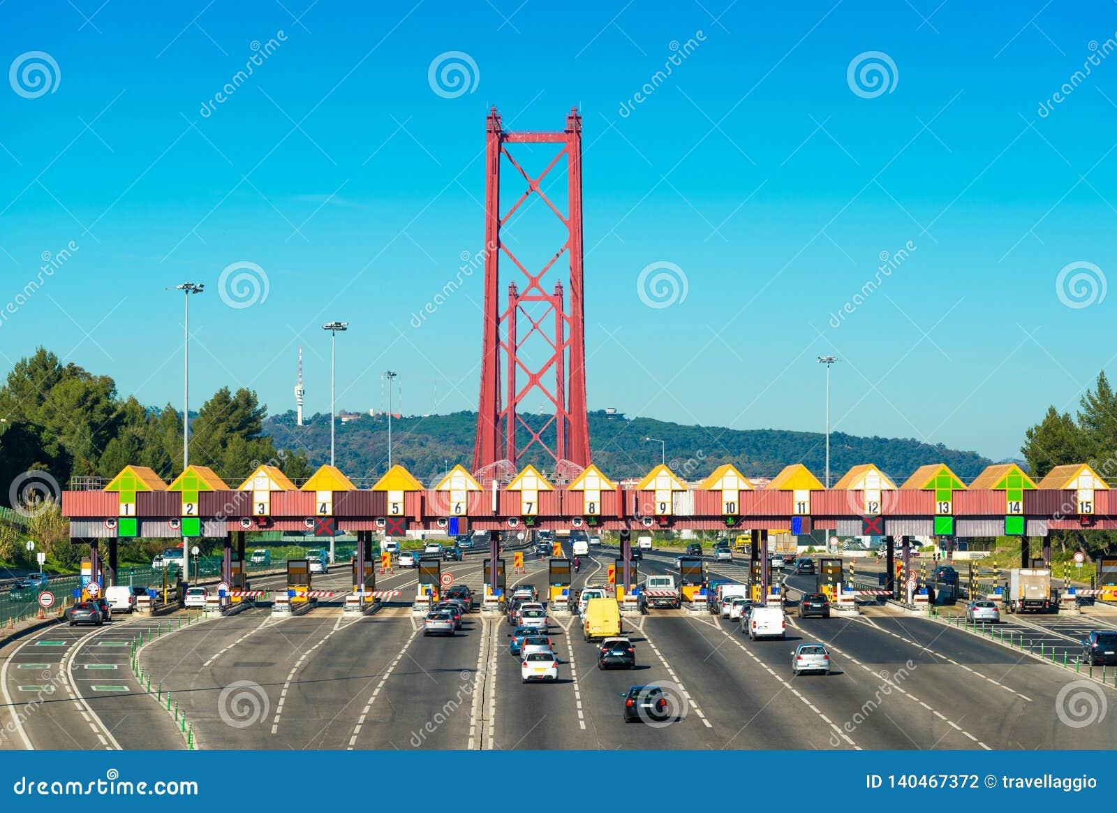 Opłaty drogowej stacja przy wejściem 25th Kwietnia most między Lisbon i Almada, Portugalia Samochody przechodzi przez wynagrodzen