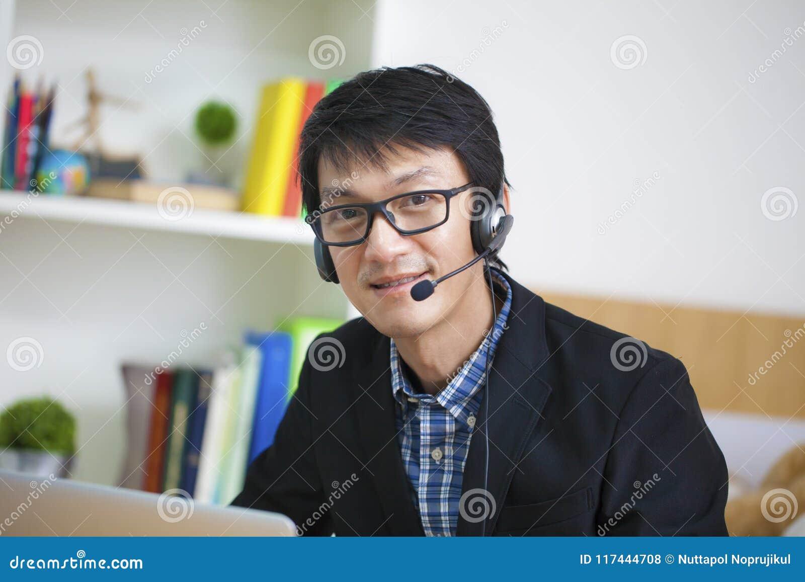 Opérateur bel asiatique d homme au travail, communication c d annonce d affaires