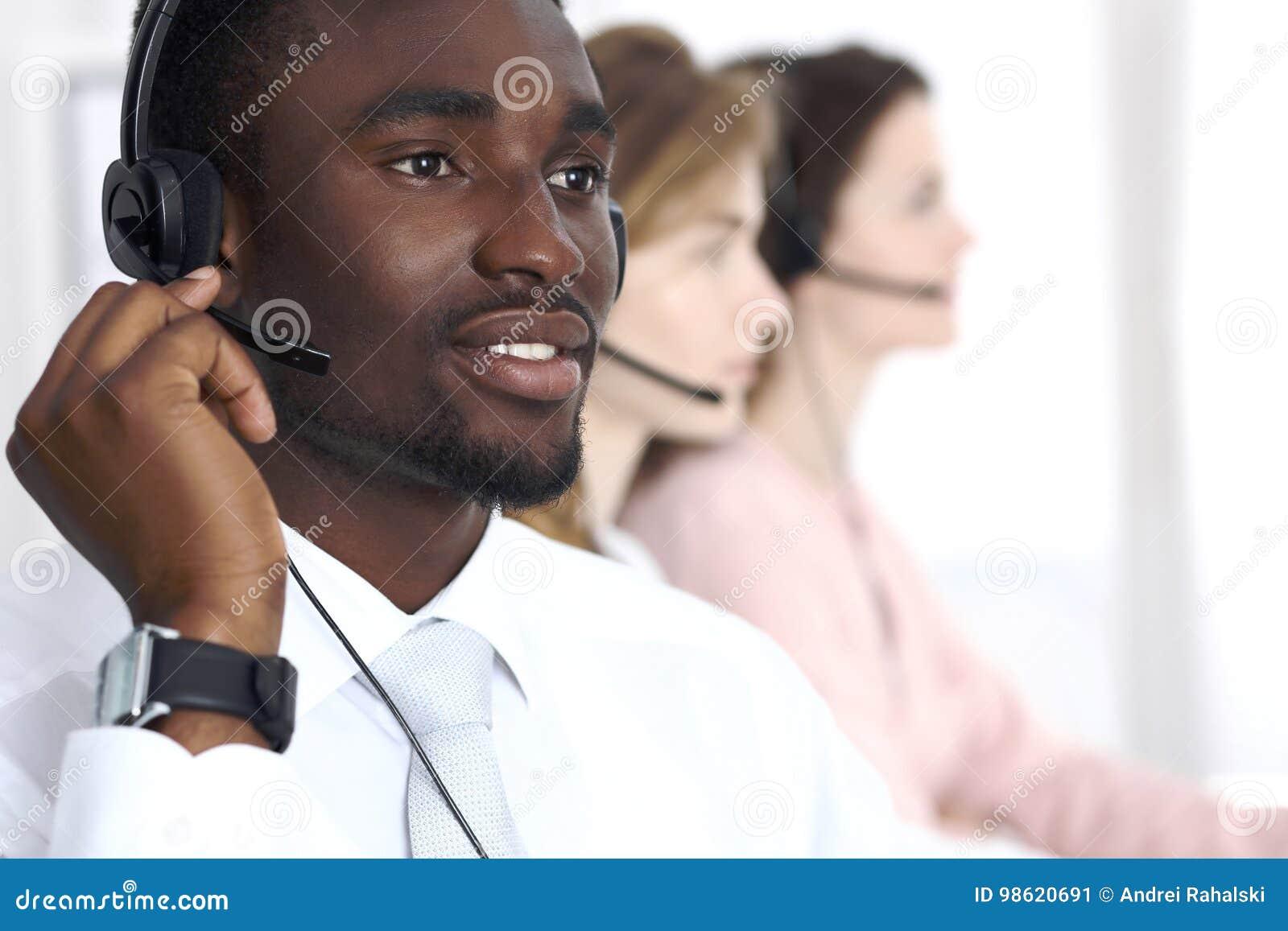 Opérateur d appel d afro-américain dans le casque Affaires de centre  d appels ou concept de service client 595e5b9a414d