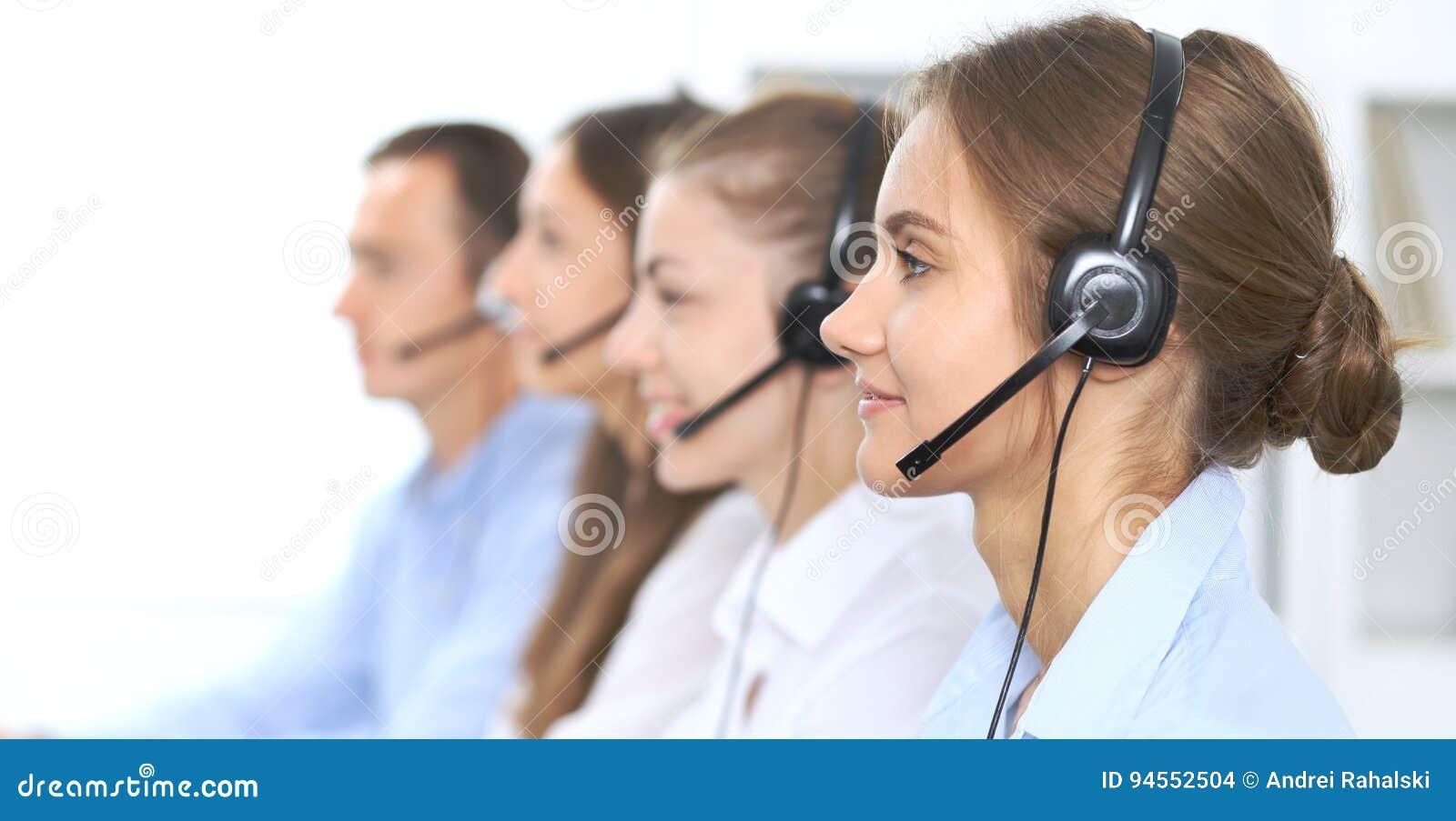 Opérateur de centre d appels dans le casque tout en consultant le client Ventes de télemarketing ou de téléphone Service à la cli