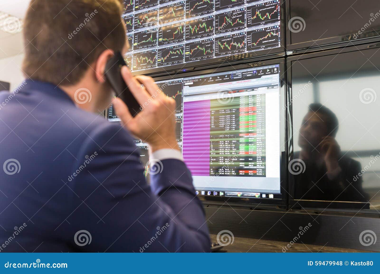 Opérateur en bourse regardant des écrans d ordinateur