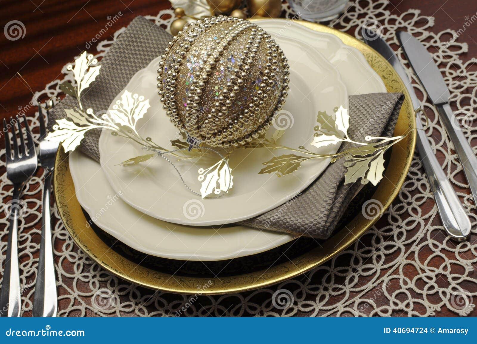 Opóźniony trend złocistego kruszcowego tematu obiadowego stołu miejsca Bożenarodzeniowy formalny położenie - zakończenie up