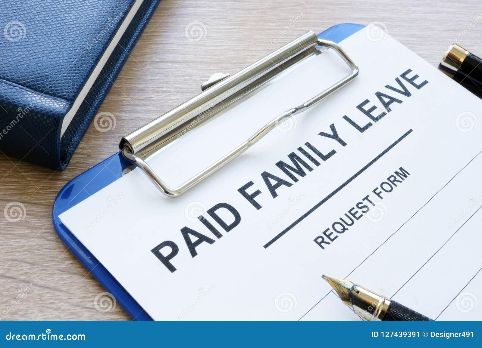 Opłacona rodzinnego urlopu forma w schowku i notepad