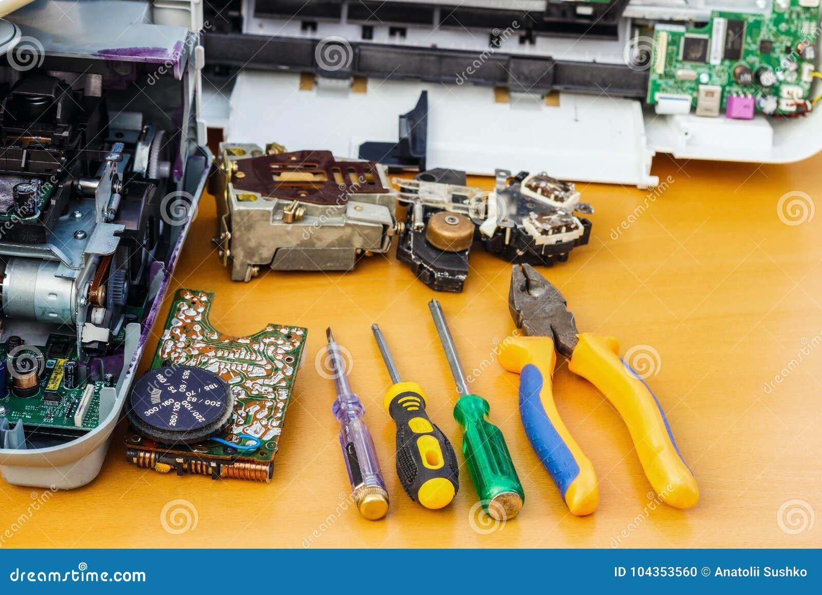 Op de Desktop is gedemonteerde materiaal en hulpmiddelen voor reparatie
