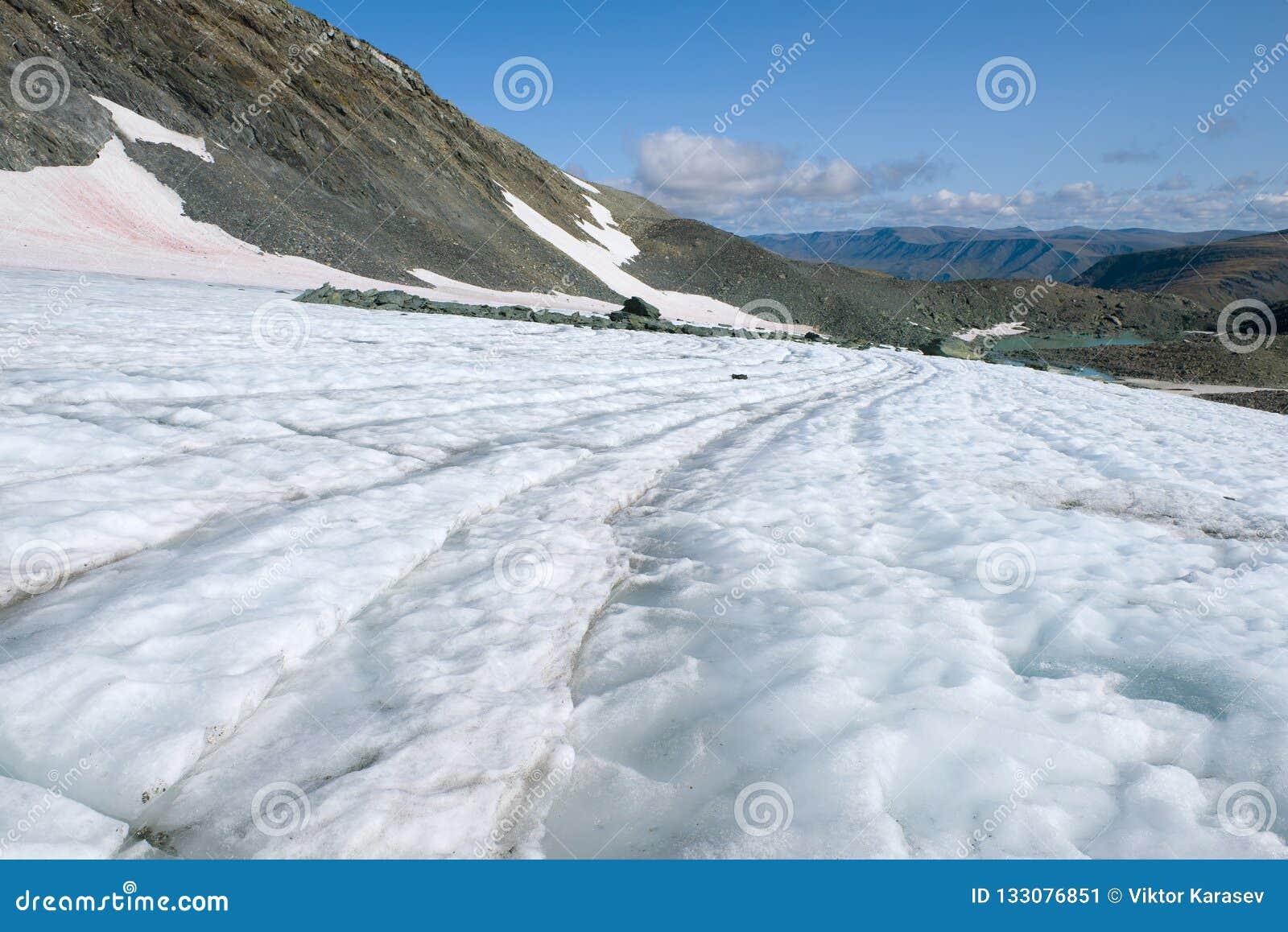 Op de IGAN-gletsjer op een warme de zomerdag Polaire Ural, Rusland