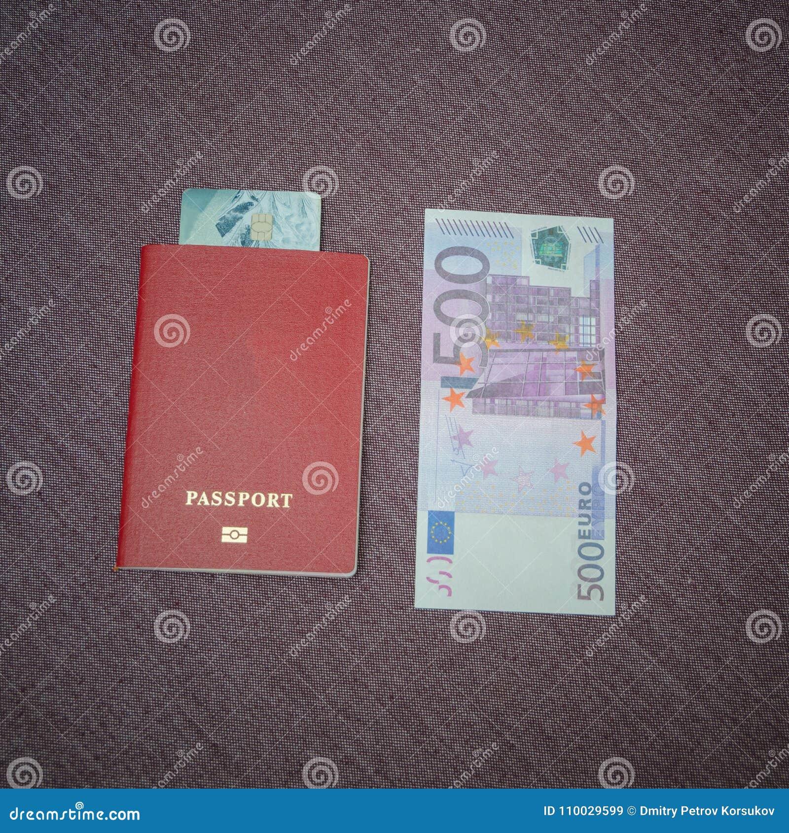 Op de lijst naast vijf honderd euro, het paspoort waarin t