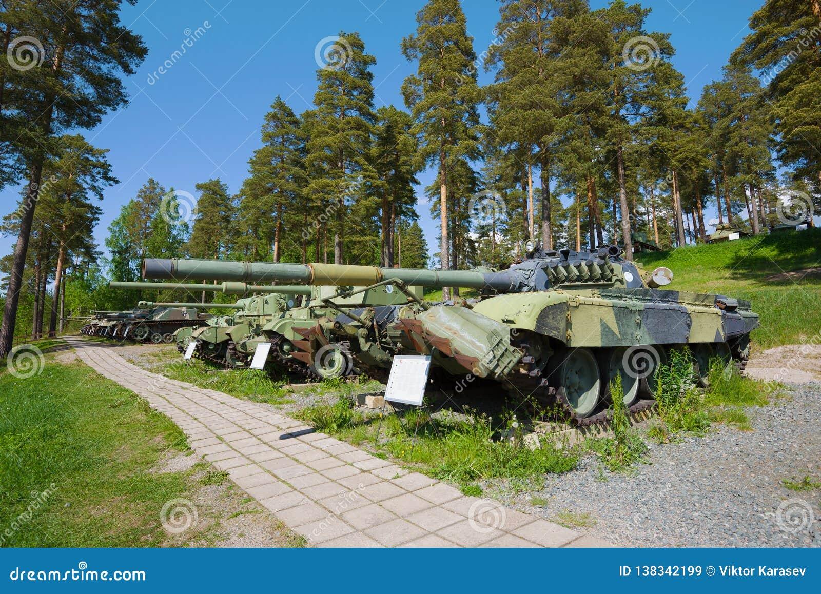 Op de stegen van het Parola-Tankmuseum Weergeven van de Sovjettank t-72M1 finland