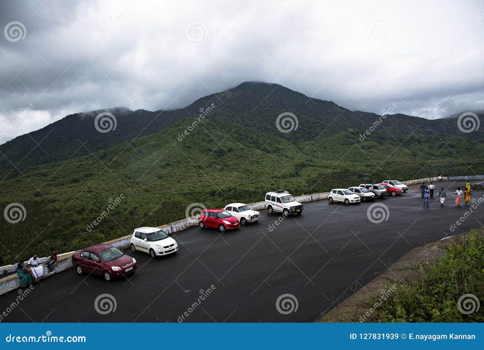 Op een regenachtige dag worden de auto s geparkeerd bij een heuvel stationin een rij