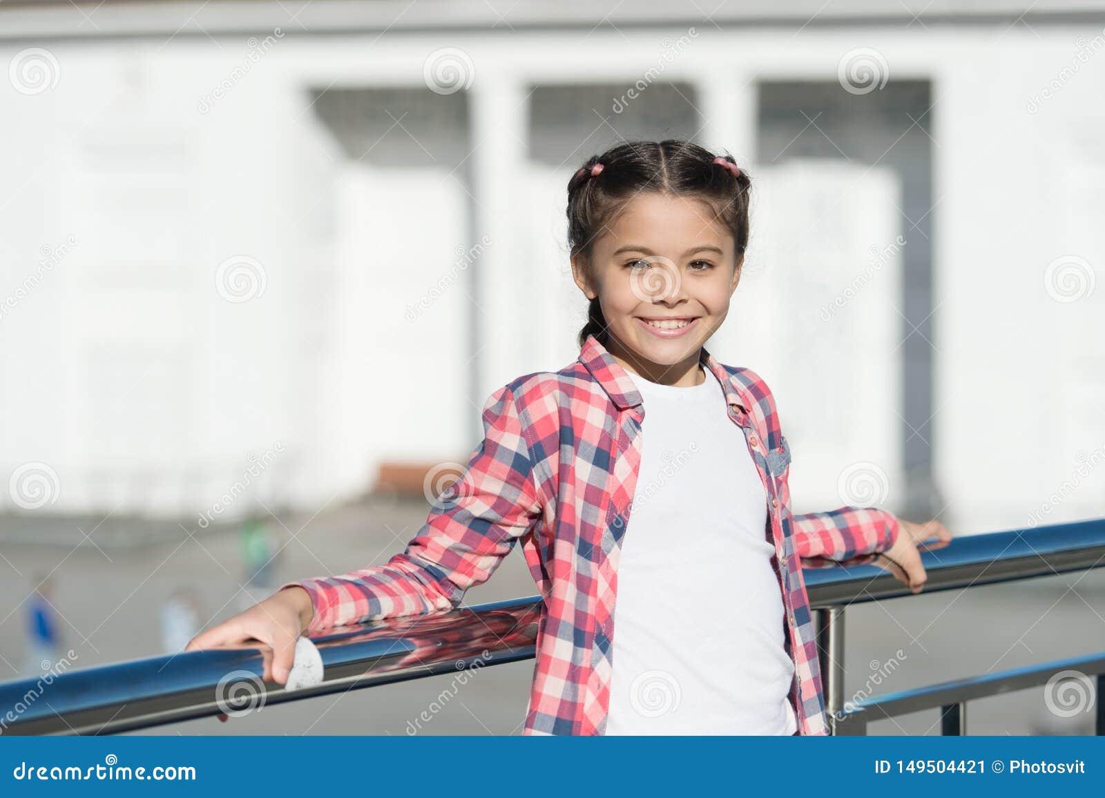 Op??es do lazer Tempo livre e lazer Fundo urbano da crian?a bonito da menina Atividades para adolescentes f?rias e lazer