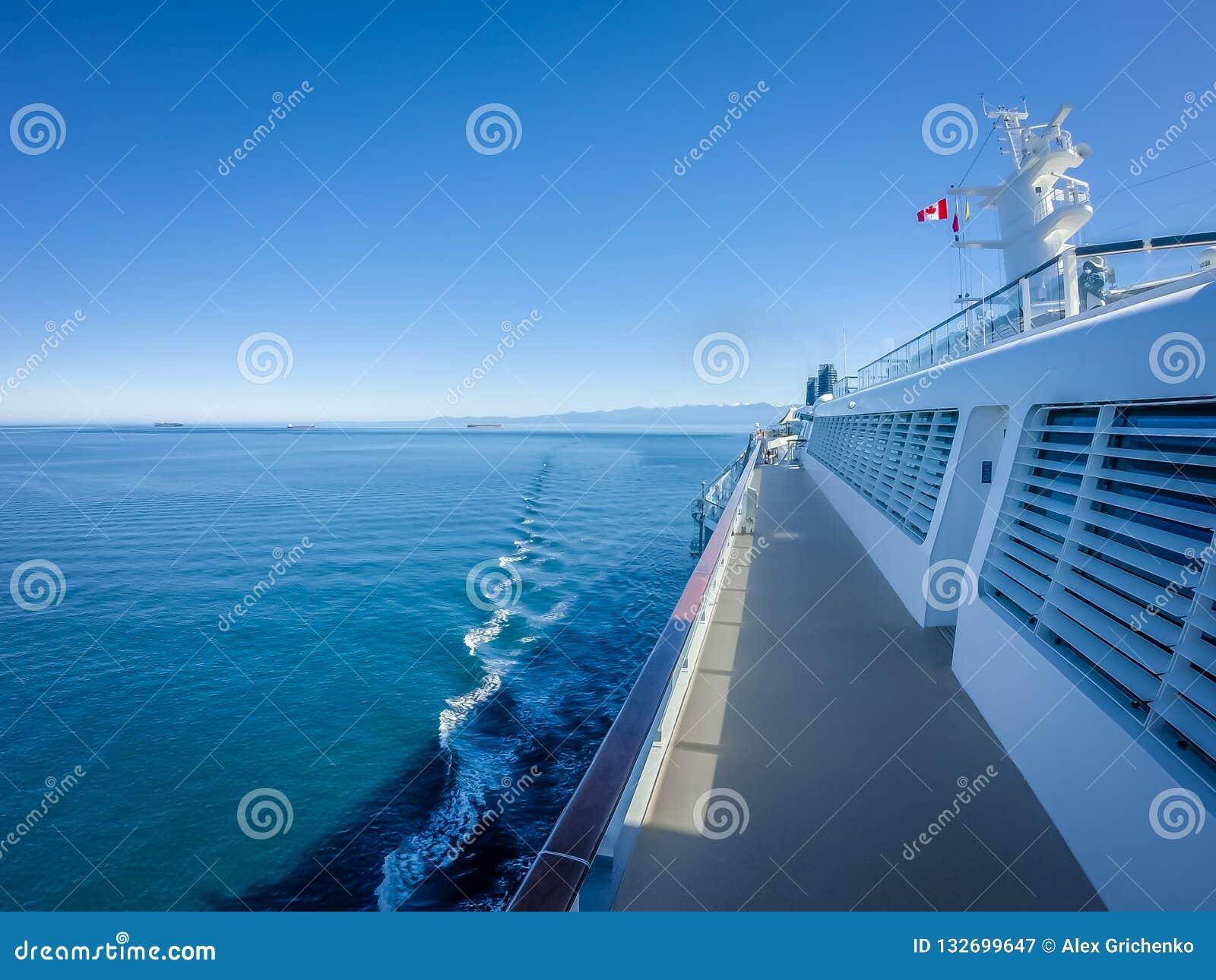 Op groot cruiseschip aan Alaska in vreedzame oceaan