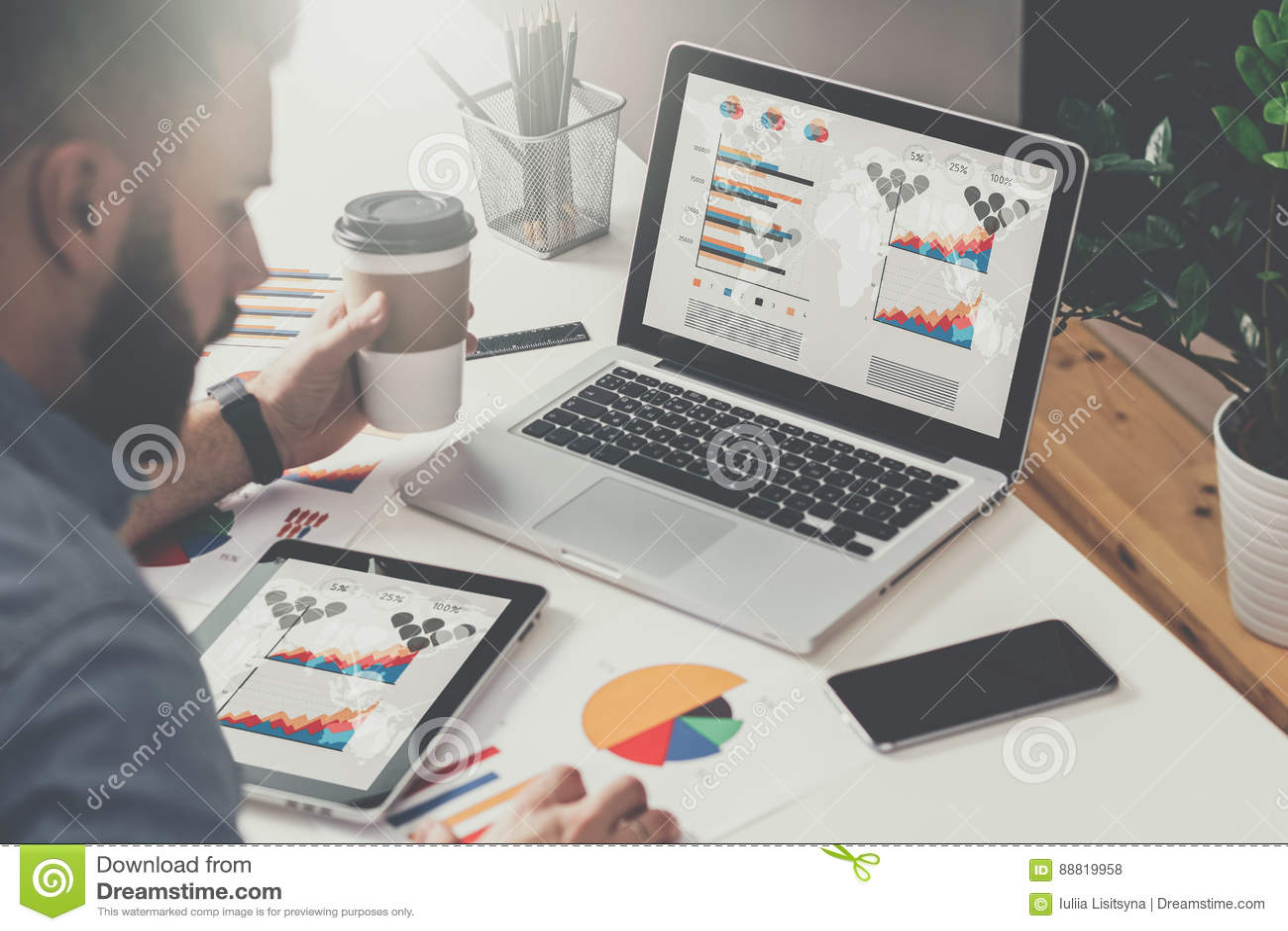 Op lijst is laptop en tabletcomputer met grafieken, diagrammen en grafieken op het scherm, smartphone, document grafiek Achter me