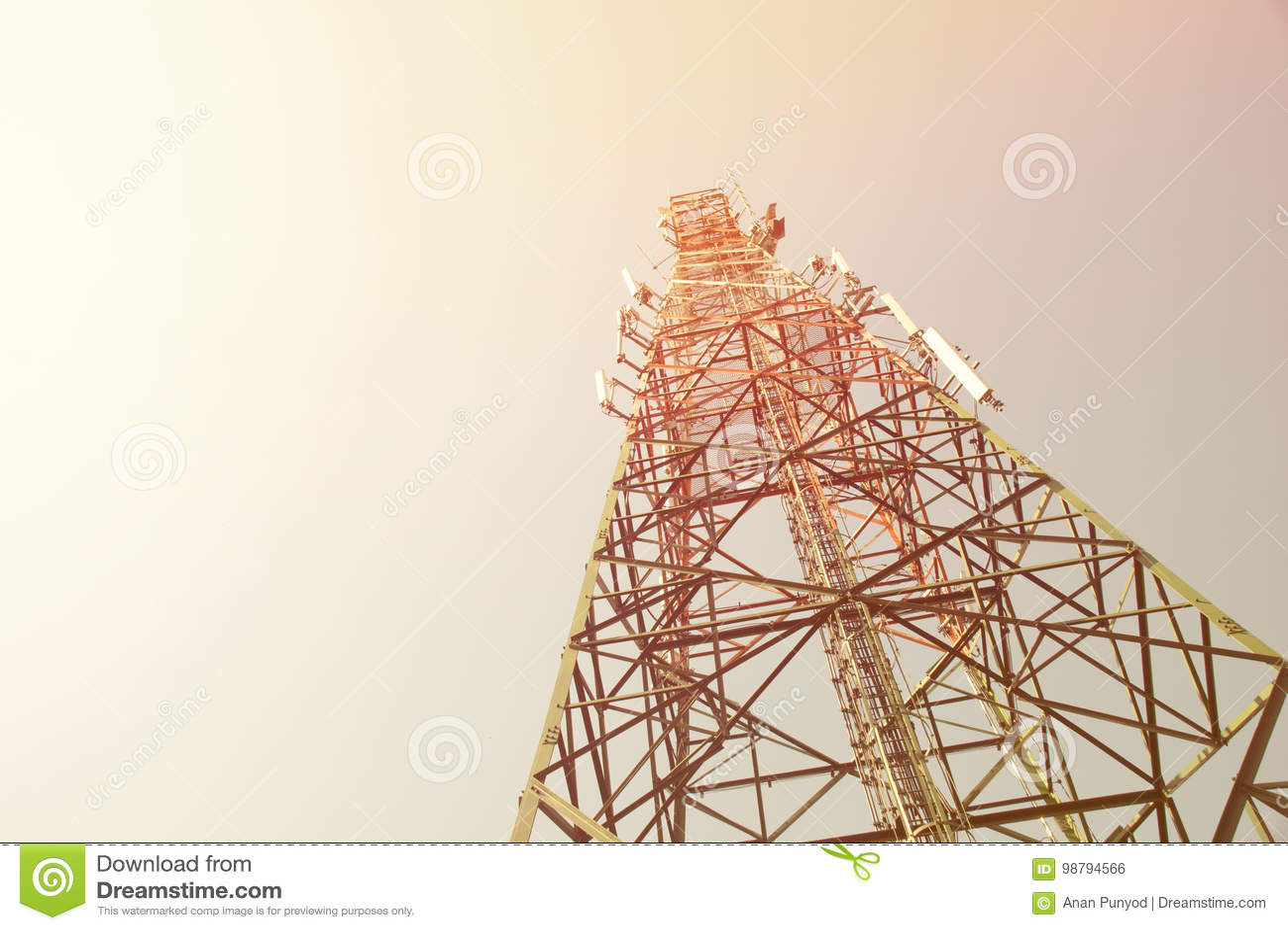 Op van de de antennetoren van de menings mobiele waaier de mast van de communicatie het nieuwslevering elektriciteits radioontvan
