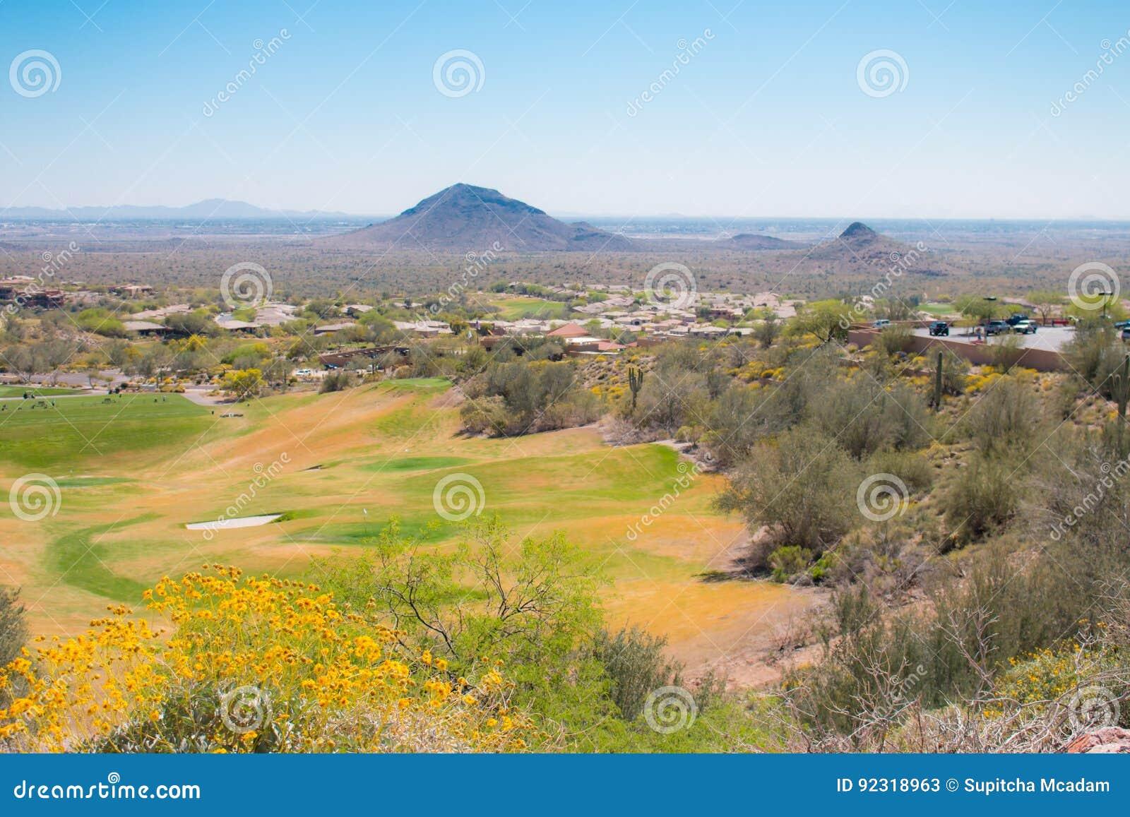 Op widok pole golfowe w pustynia krajobrazie