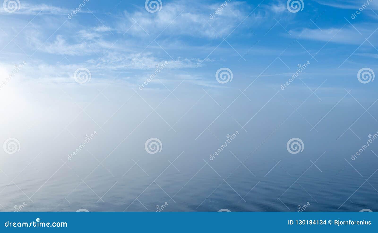 Op zee verloren Zachte rimpelingen in nevelig pastelkleurlandschap Vreedzaam Th