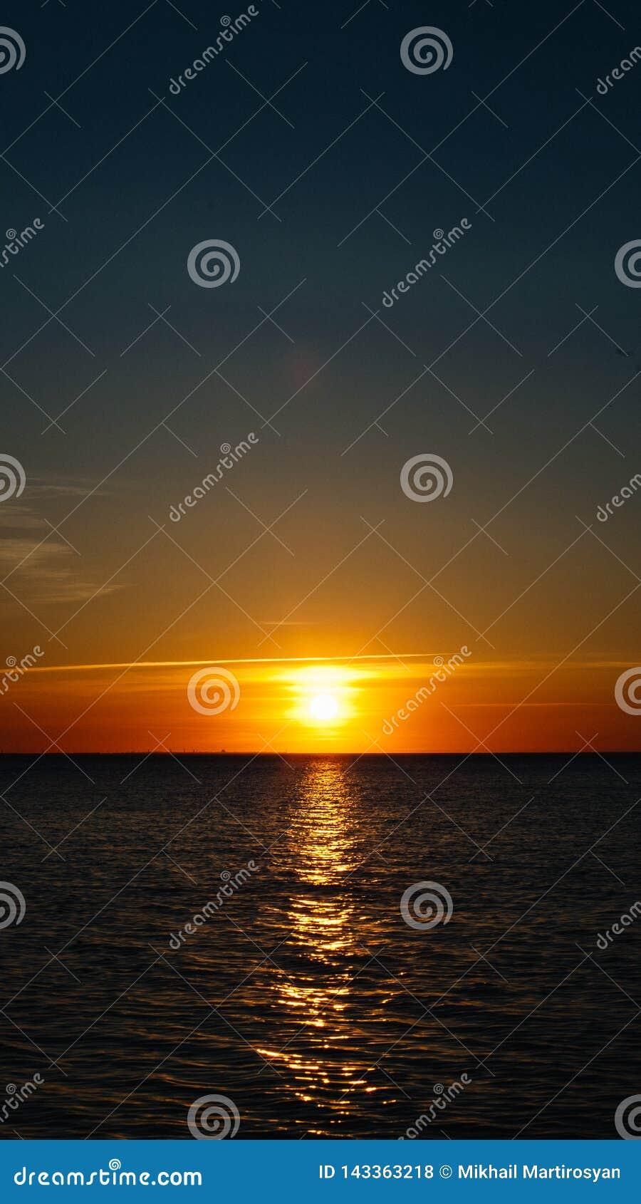 Op zee zonsondergang of dageraad De kust van de Zwarte Zee Mobiele Screensaver, Verticaal schema, Aardbehang Mooie Kleuren, Marin
