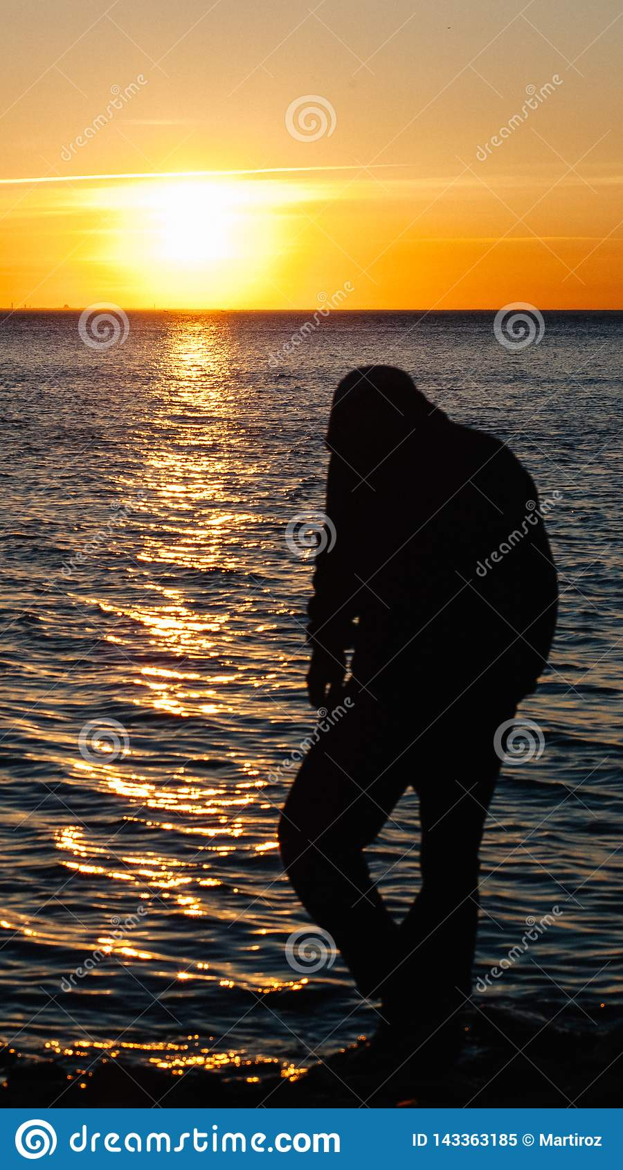 Op zee zonsondergang of dageraad Met mensensilhouet De kust van de Zwarte Zee Mobiele Screensaver, Verticaal schema, Aardbehang M
