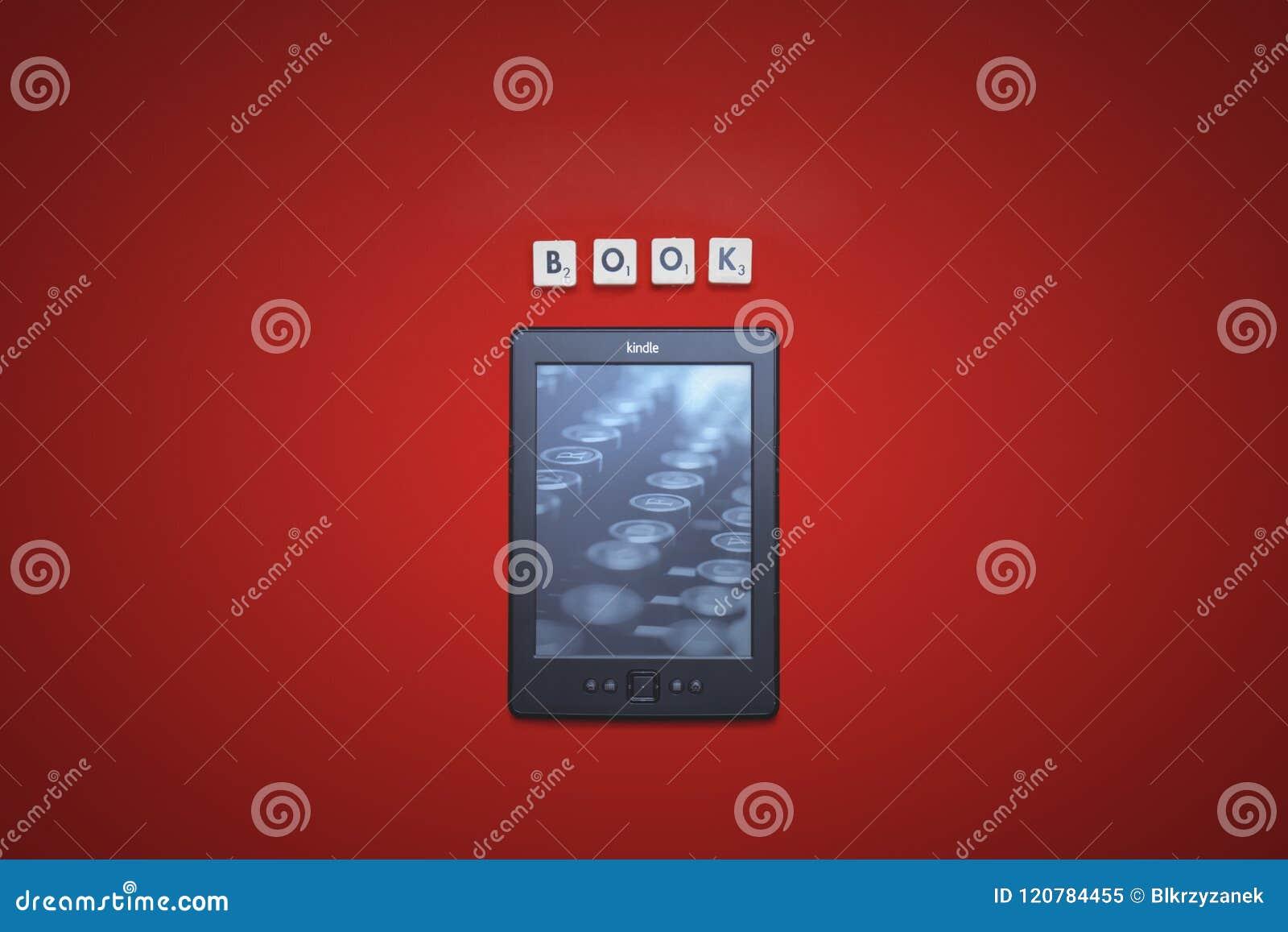 Opalenica, Polonia - 07 23 2016: Lector electrónico Amazon Kindle Classic 4 del libro, en un fondo rojo con la inscripción