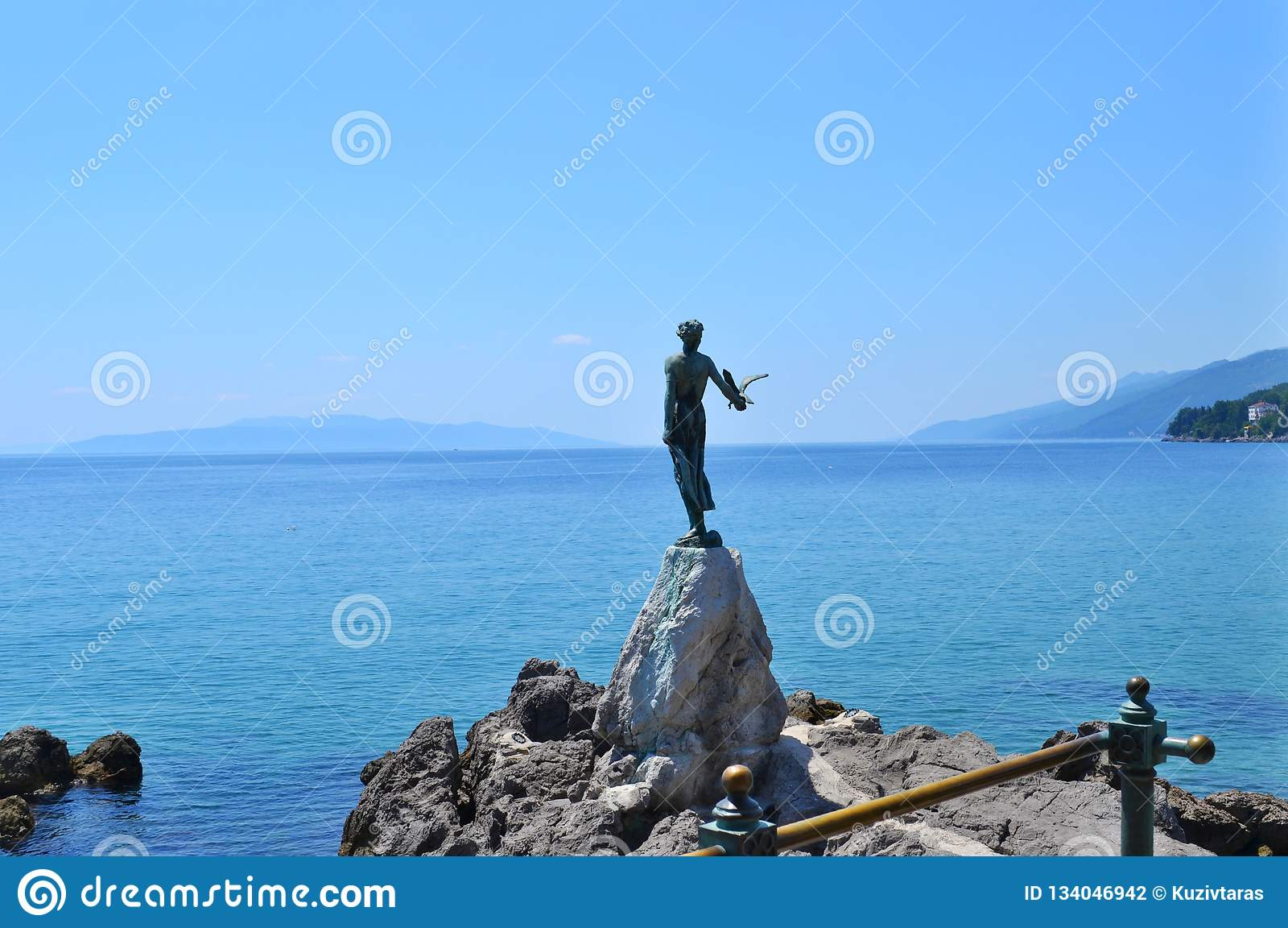 Opatija/Κροατία - 28 Ιουνίου 2011: Κορίτσι γλυπτών με seagull από Zvonko Car
