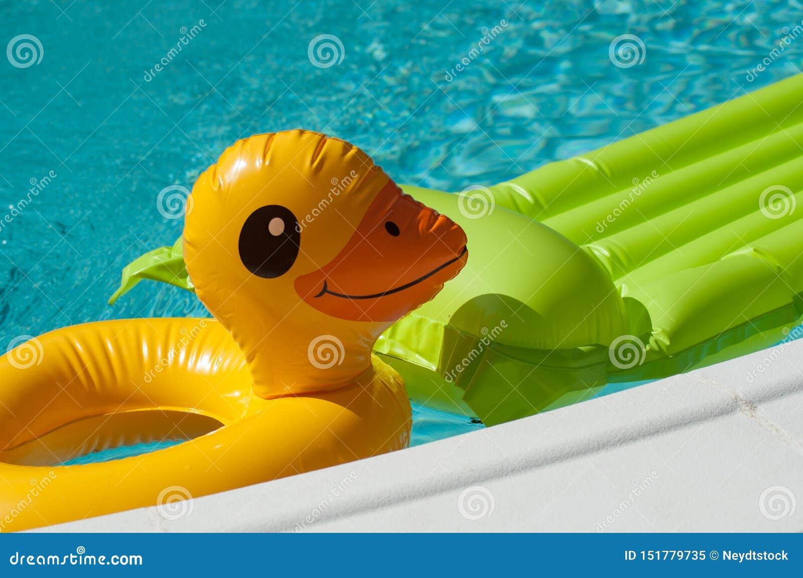 Opblaasbaar speelgoed in het zwembad