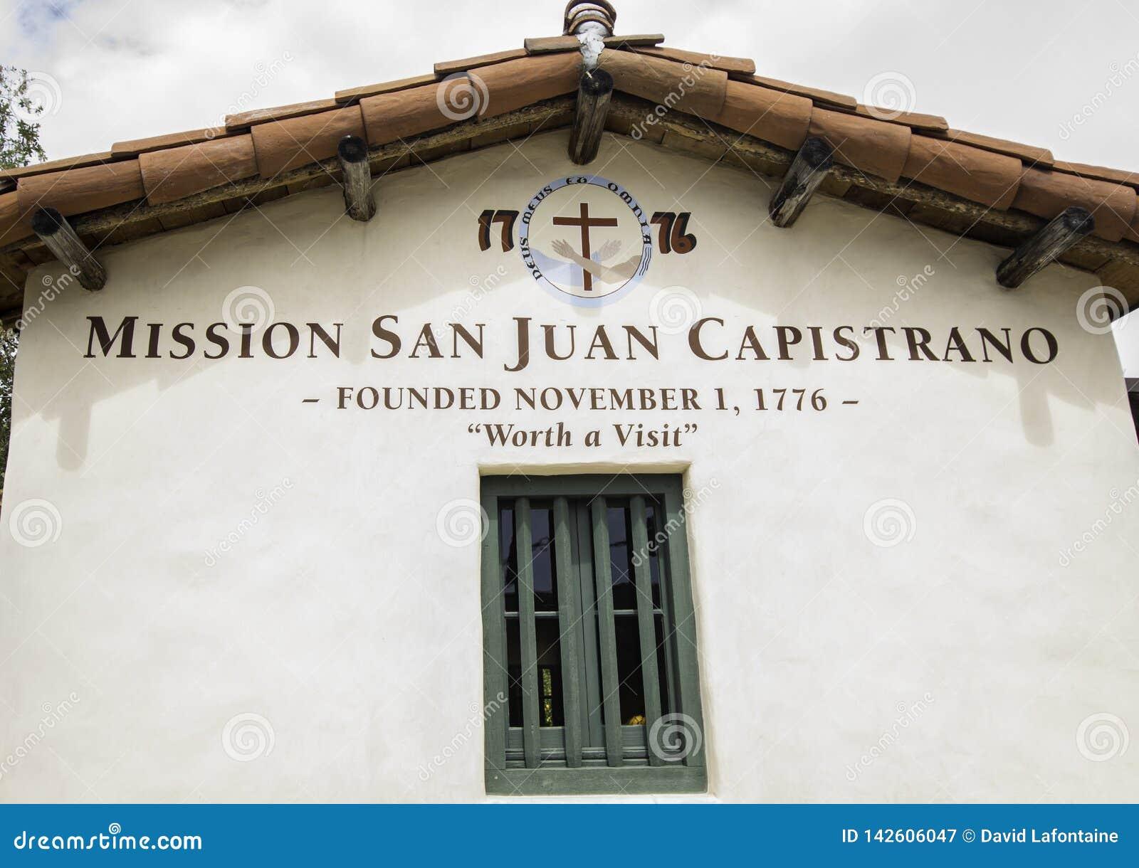 Opdrachtsan Juan Capistrano teken bij ingang aan binnenplaats