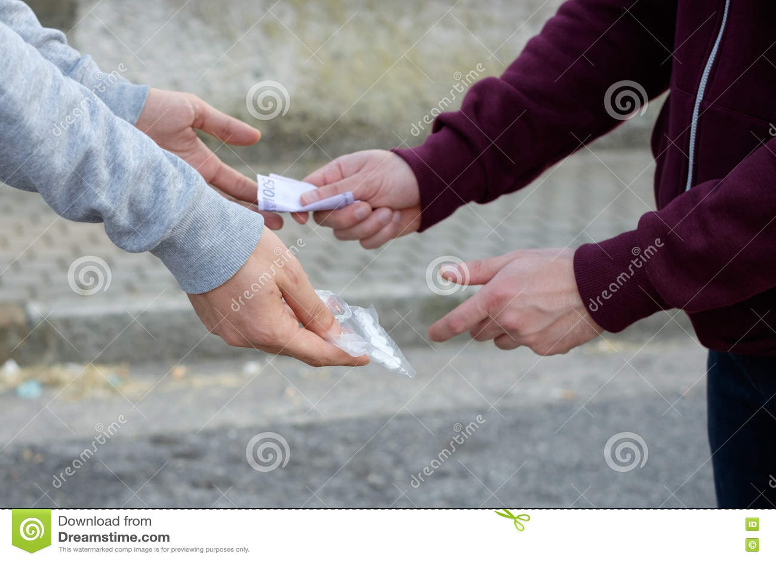 Opdringer en drugverslaafde die geld en drug ruilen