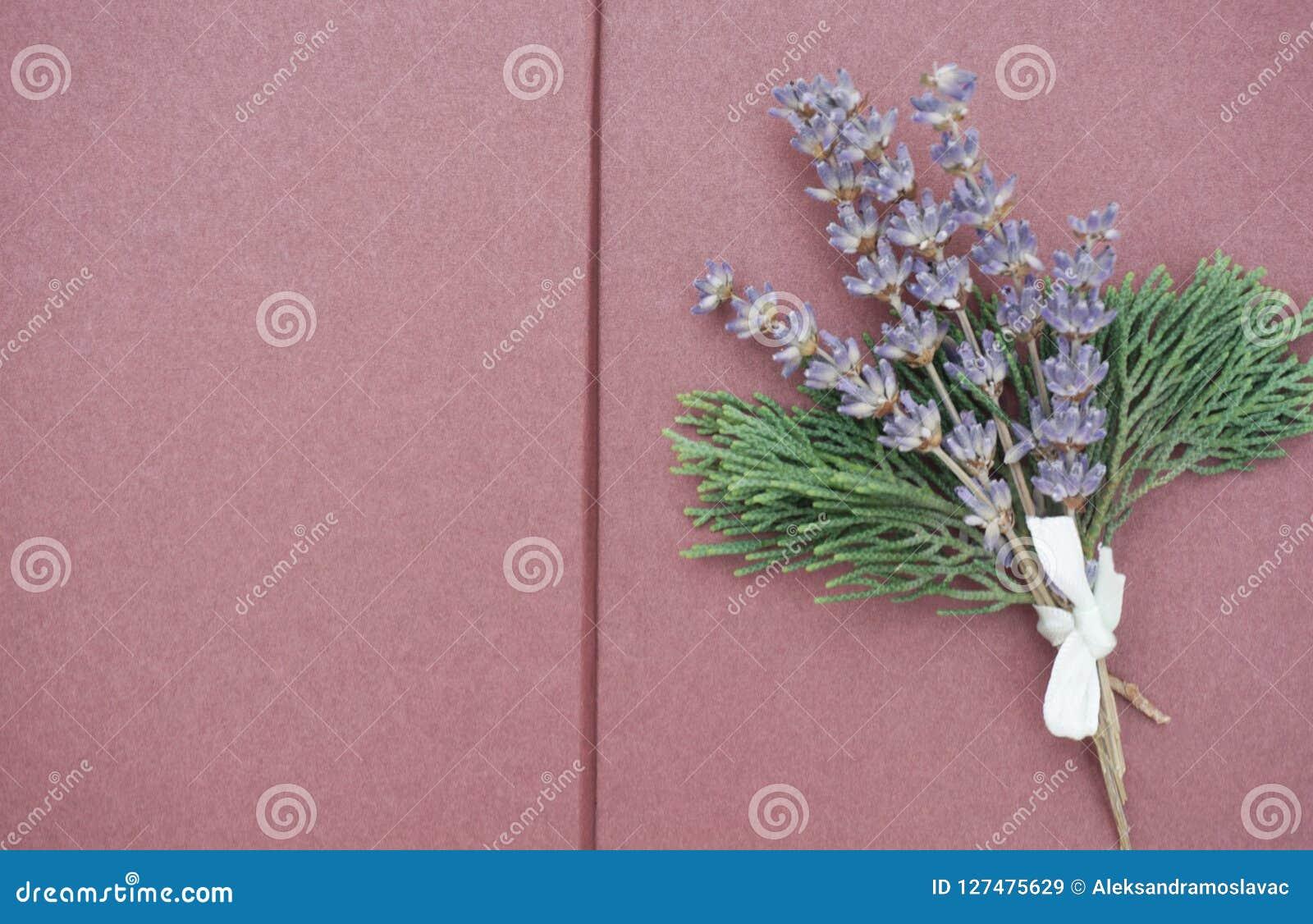 Open blanco pagina s van plakboek met bos van lilac lavendel en groene takken op de rechterkant