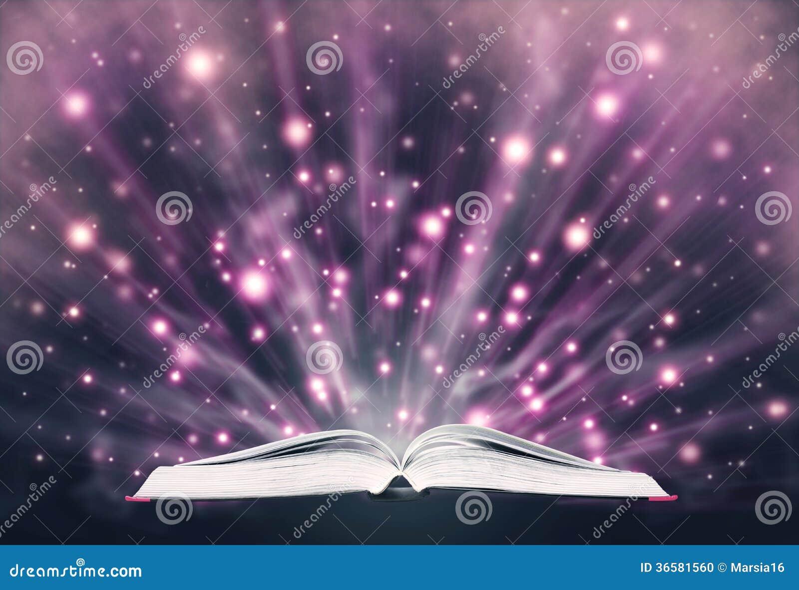 Open boek die het fonkelen licht uitzenden